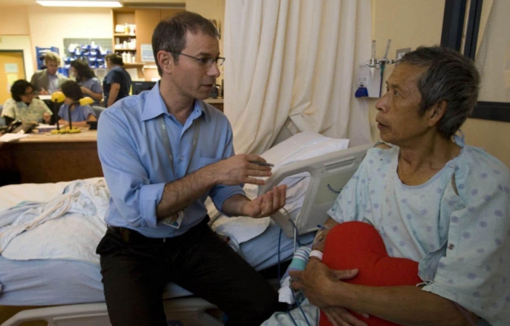 John Marsala, infirmier clinicien spécialisé en cardiologie à l'Hôpital général juif de Montréal, avec un patient qui relève d'une opération.