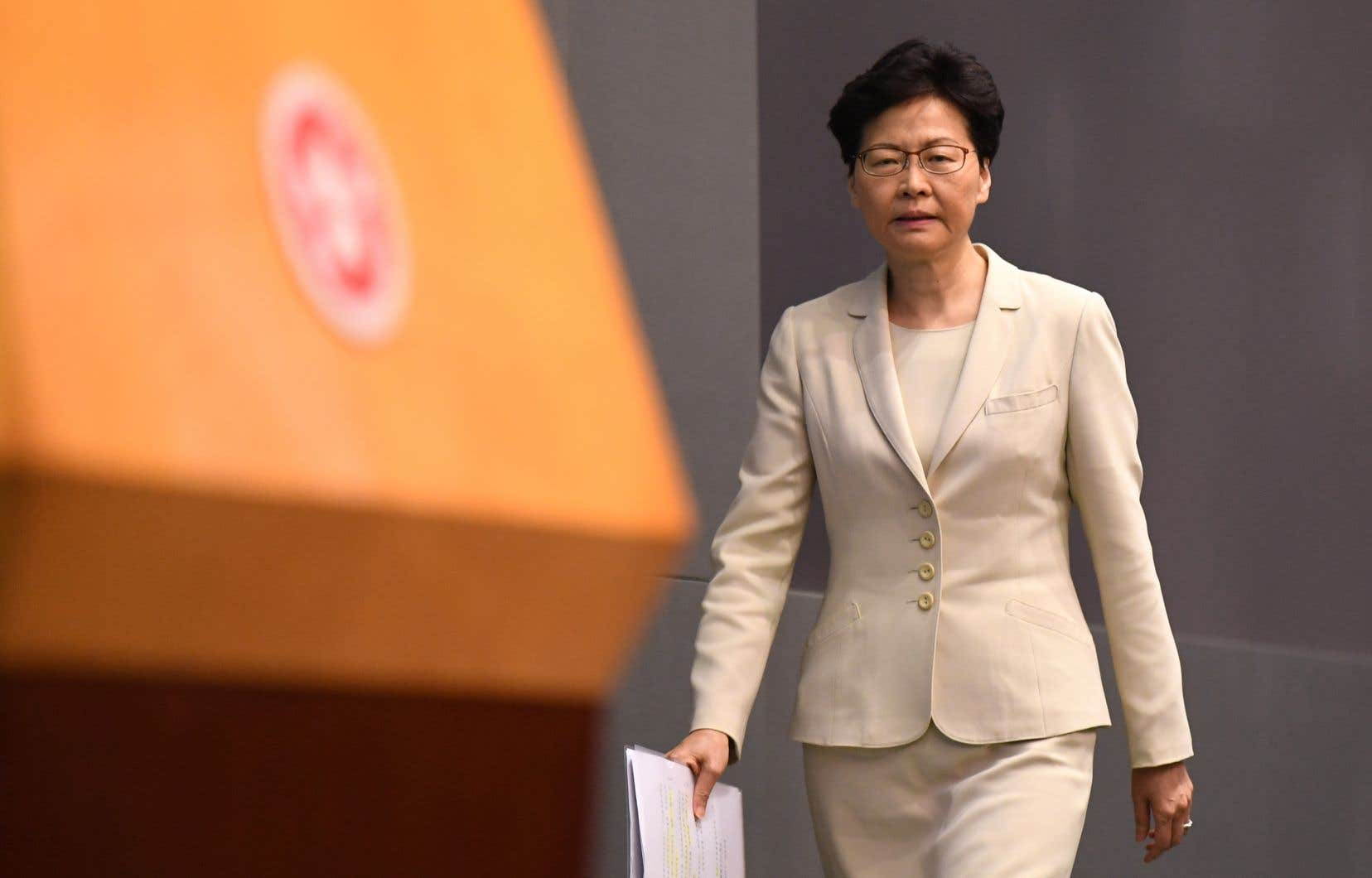 CarrieLam, à laquelle Pékin a réaffirmé lundi son soutien, a affirmé vouloir «continuer à travailler très dur […] pour répondre aux aspirations de la population de Hong Kong».