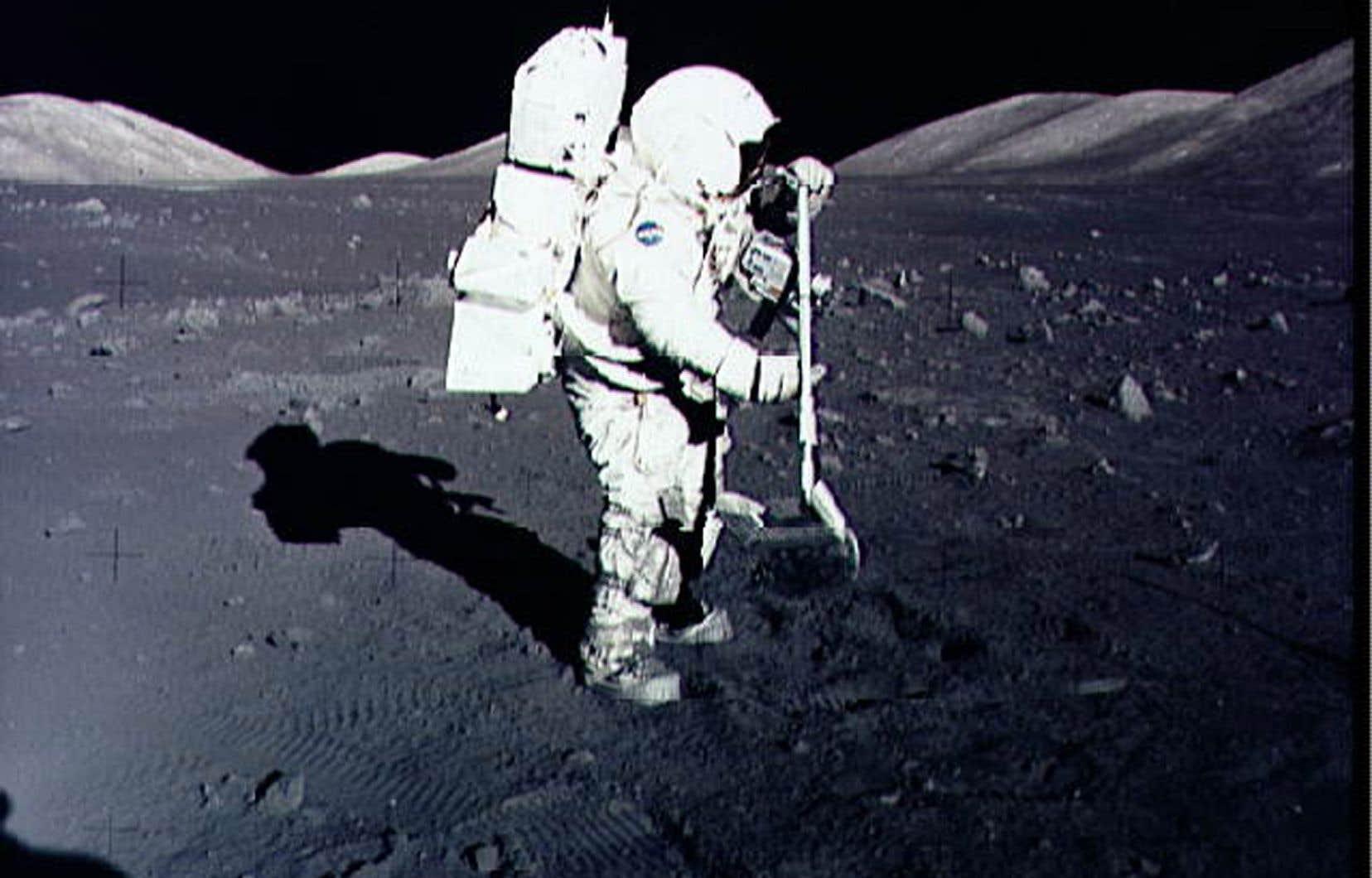 L'astronaute Harrison Schmitt recueille des échantillons de roches lunaires au site d'atterrissage Taurus-Littrow sur la Lune pendant la mission Apollo 17, en 1972.