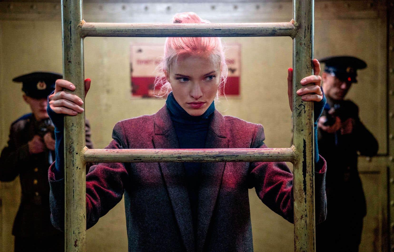 L'arme principale d'Anna (Sasha Luss) est la séduction: elle charme, titille, couche et tue, des victimes exclusivement mâles. Loin d'être anecdotique, cet aspect trahit une ambivalence révélatrice, en cela que la femme est un danger pour l'homme chez Luc Besson.