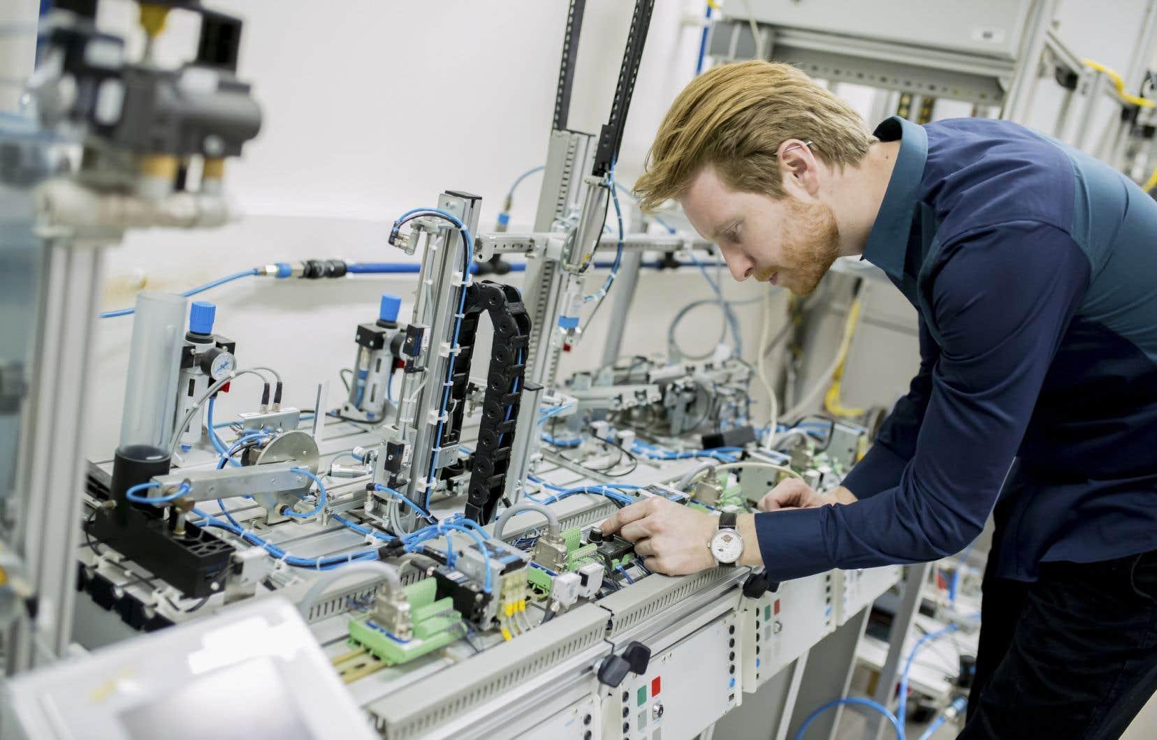 «Grâce aux nouvelles technologies, il sera possible de produire plus avec le même nombre de travailleurs ou de produire la même chose avec moins de travailleurs», croit l'auteur.