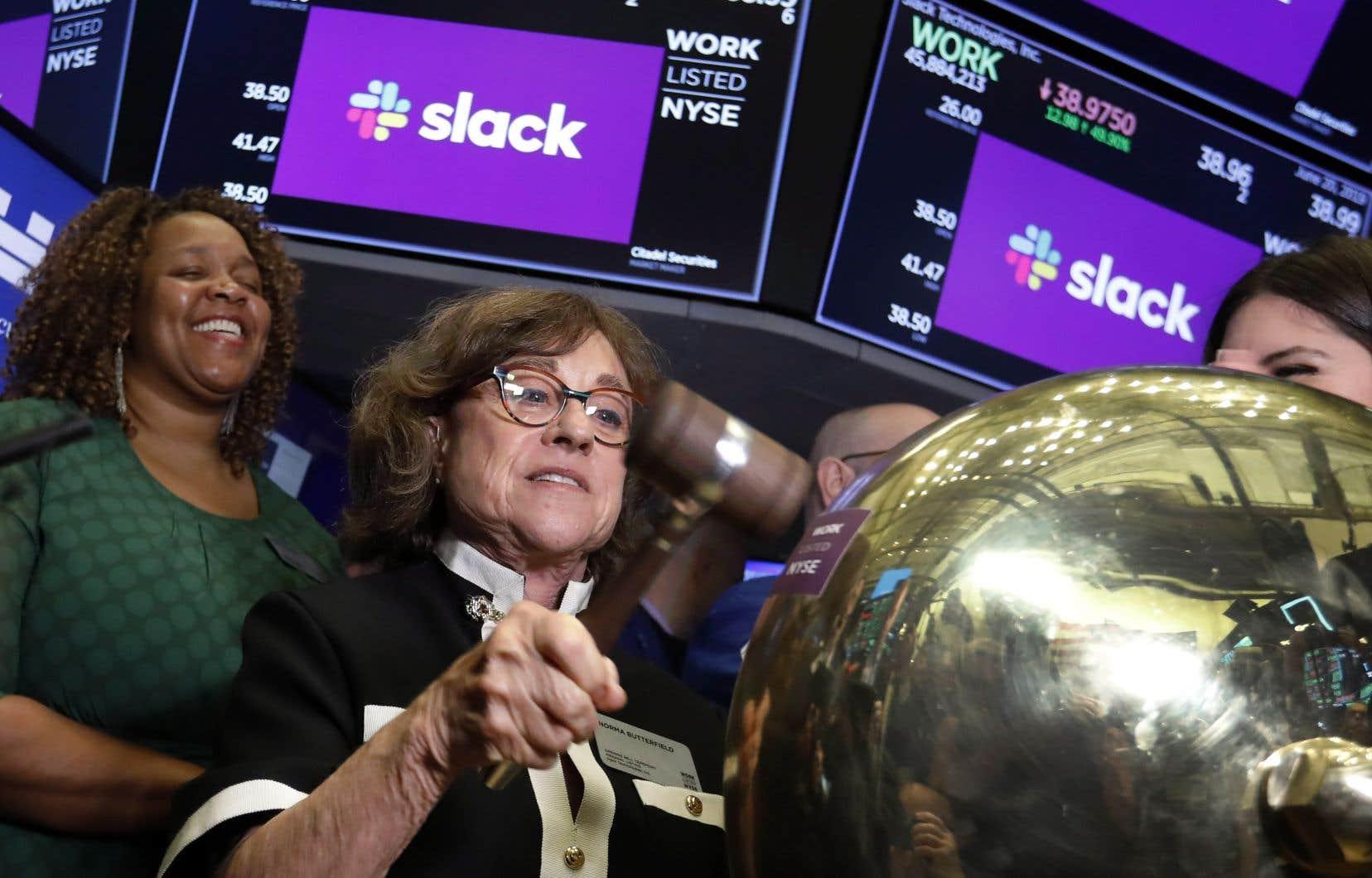 Norma Butterfield, la mère du p.-d.g. de Slack Stewart Butterfield, sonne une cloche de cérémonie à New York pour marquer l'entrée de la compagnie en Bourse.