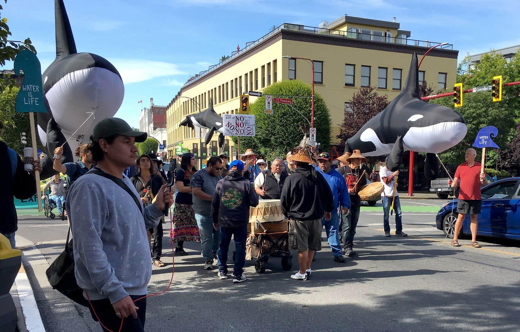 Environ 300 personnes ont quitté l'hôtel de ville de Victoria et défilé au milieu des principales artères du centre-ville.