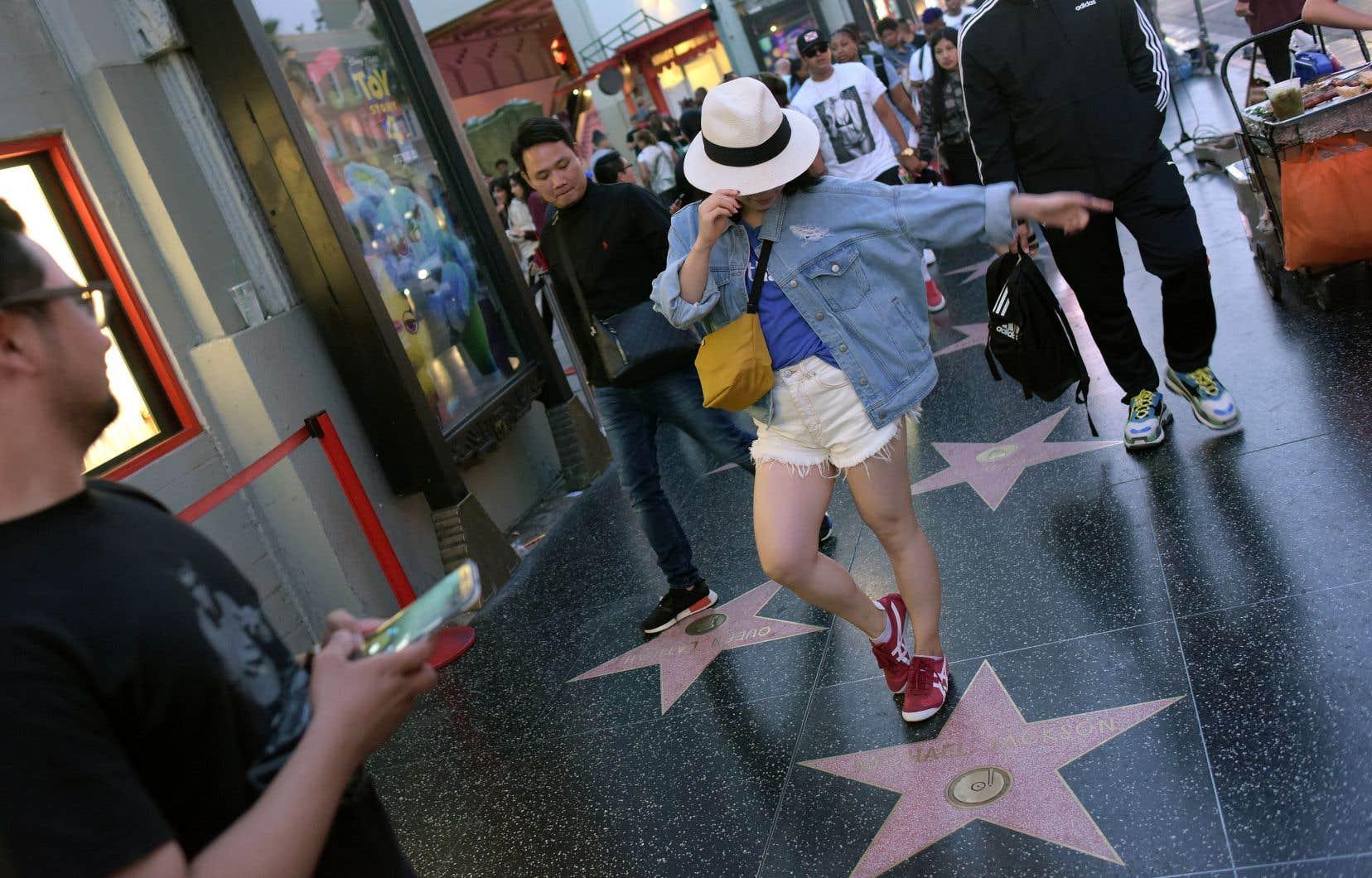L'étoile de Michael Jackson sur le «Walk of Fame» d'Hollywood Boulevard attire toujours touristes et fans, venus prendre la pose en hommage à leur idole.