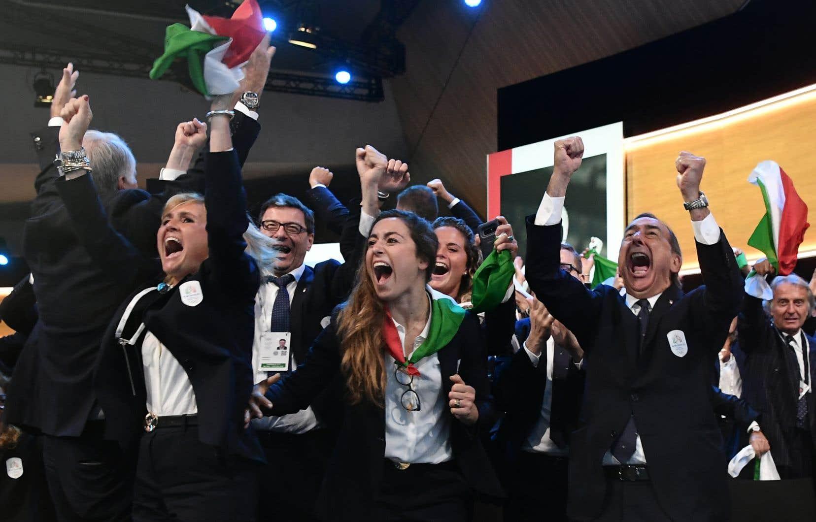 Des membres de la délégation de Milan et Cortina d'Ampezzo, villes candidates aux Jeux olympiques d'hiver de 2026, réagissent après leur élection lors de la 134ème session du Comité international olympique, à Lausanne.