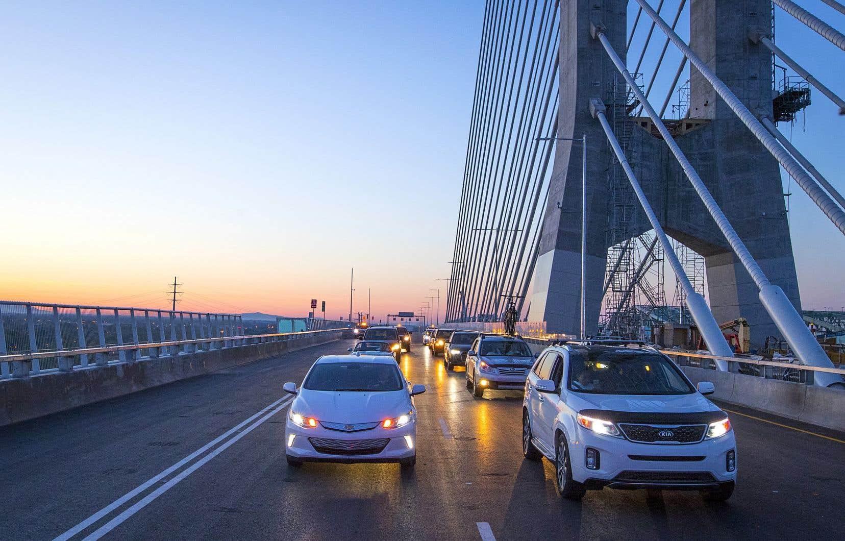 Le pont Samuel-De Champlain a accueilli ses premiers usagers en direction nord lundi sur le coup de 5h. Le corridor sud ouvrira lundi prochain.