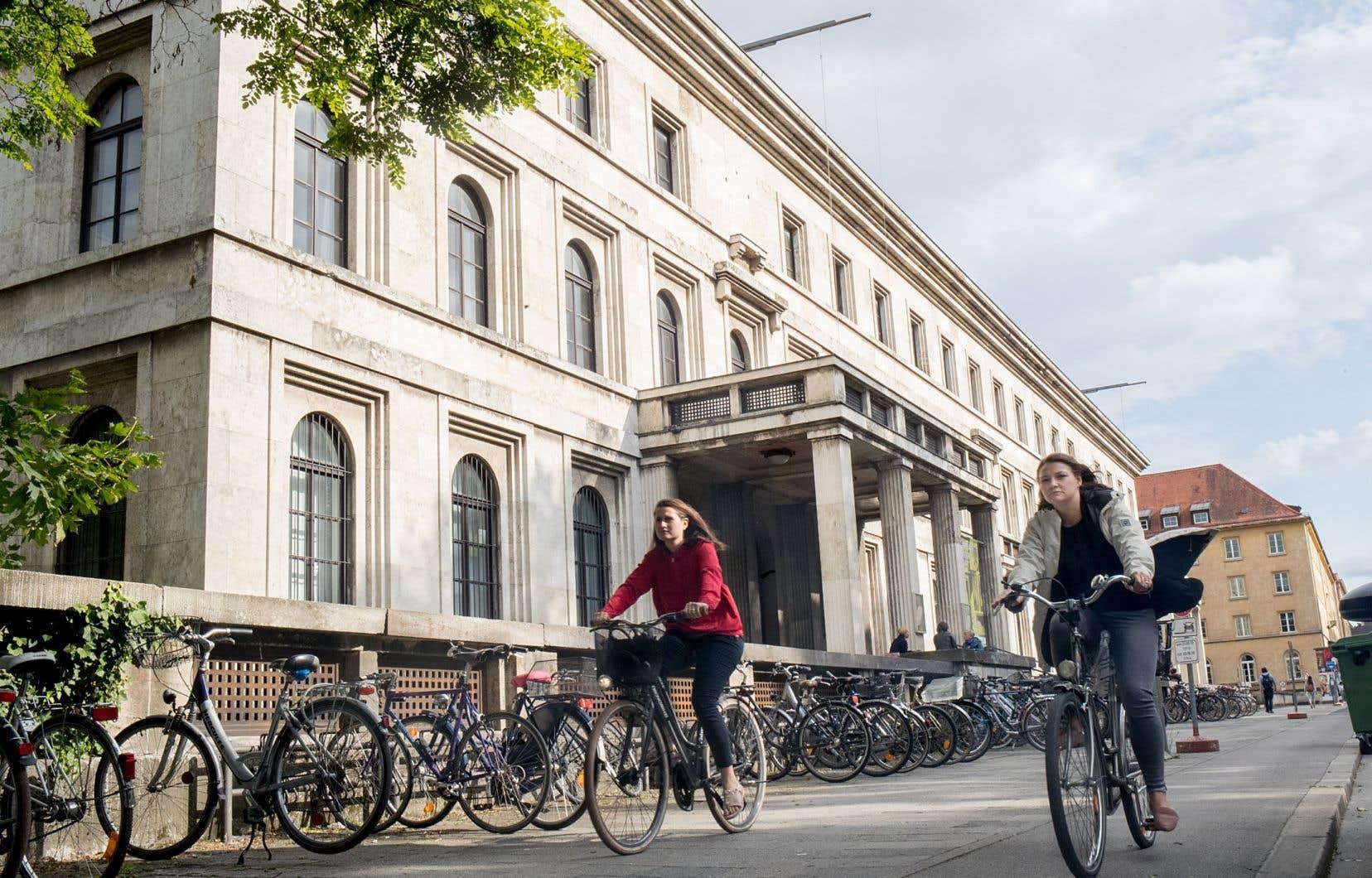 Les espaces pour vélos de Munich sont souvent aménagés à la hauteur des trottoirs et séparés des rues, en plus de permettre le virage à droite sans s'arrêter.