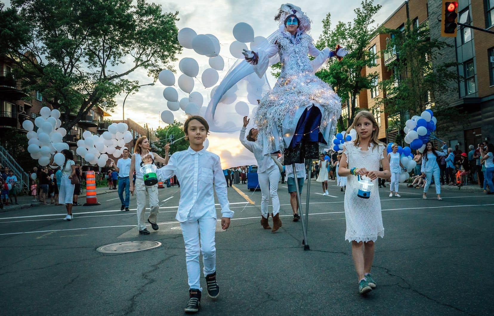 Des milliers de Québécois ont assisté au défilé de la Saint-Jean lundi soir à Montréal.
