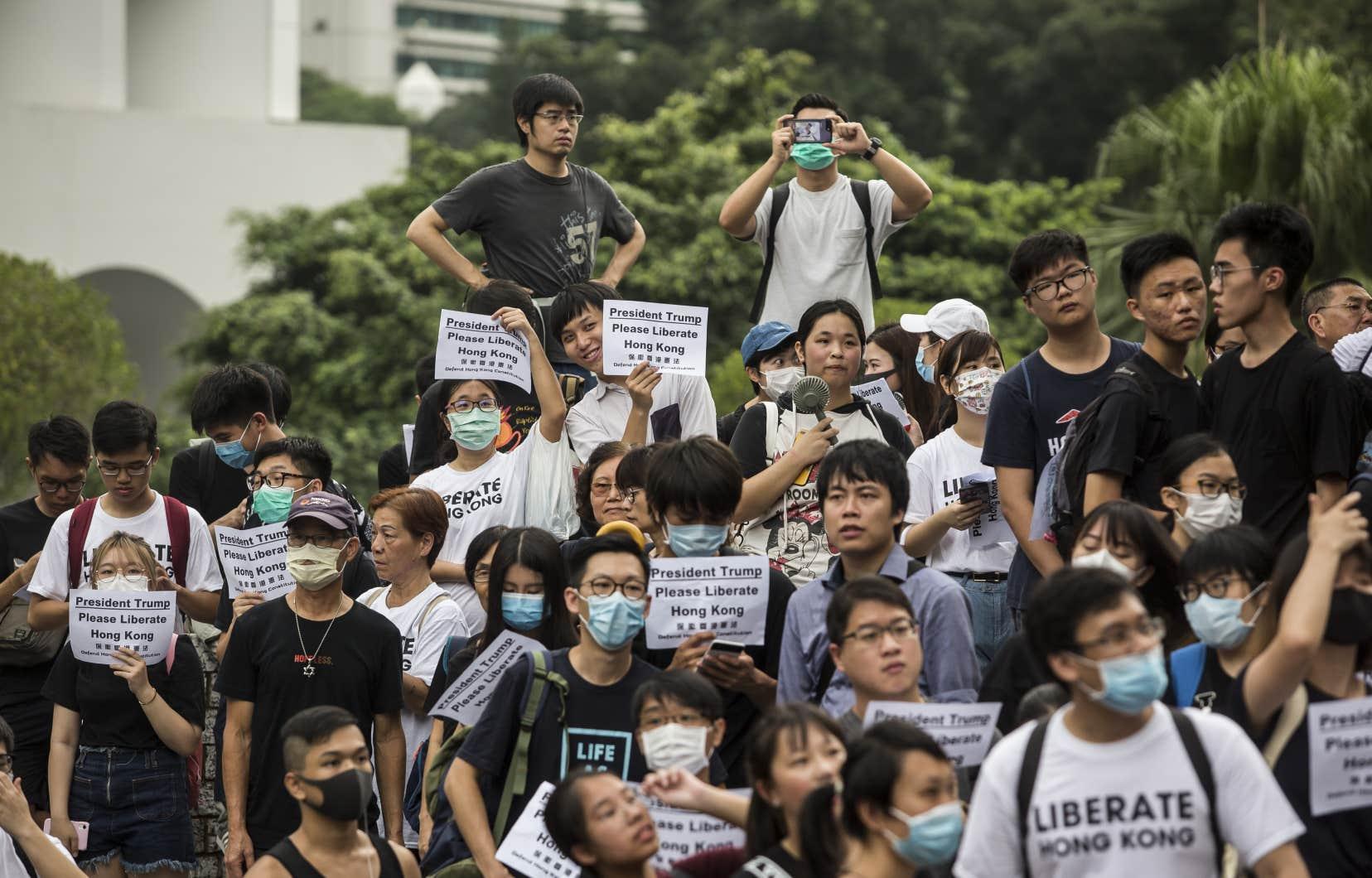 Un millier de manifestants se sont rendus aux différents consulats de pays du G20 pour y déposer des pétitions enjoignant les diplomates de faire pression sur leurs gouvernements.