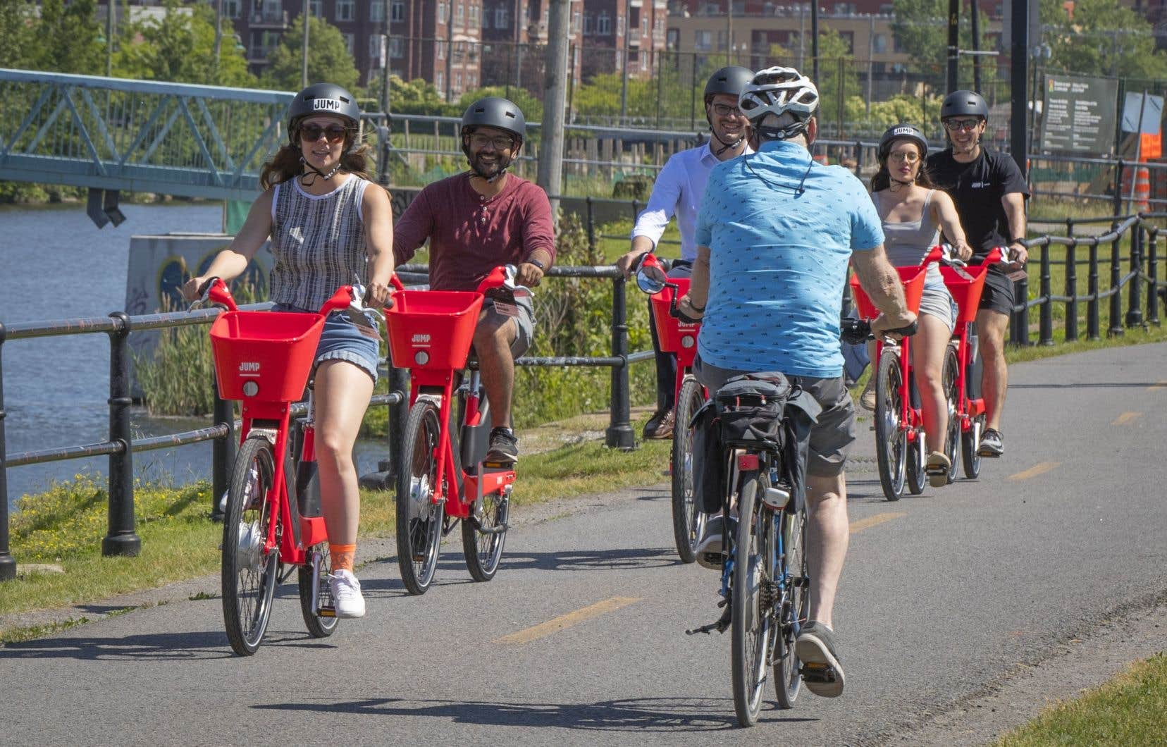 Les vélos JUMP, dont la roue avant est alimentée par un moteur de 350 watts, peuvent circuler jusqu'à 32 km/h et sont munis de trois vitesses.