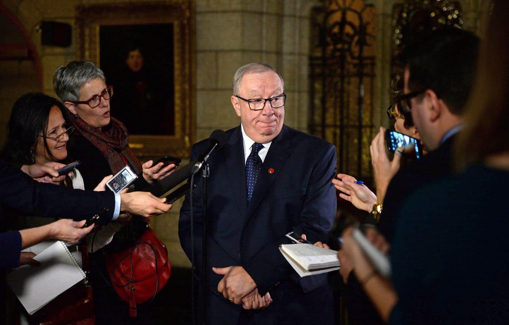 Jacques Demers lors d'une mêlée de presse en décembre 2015