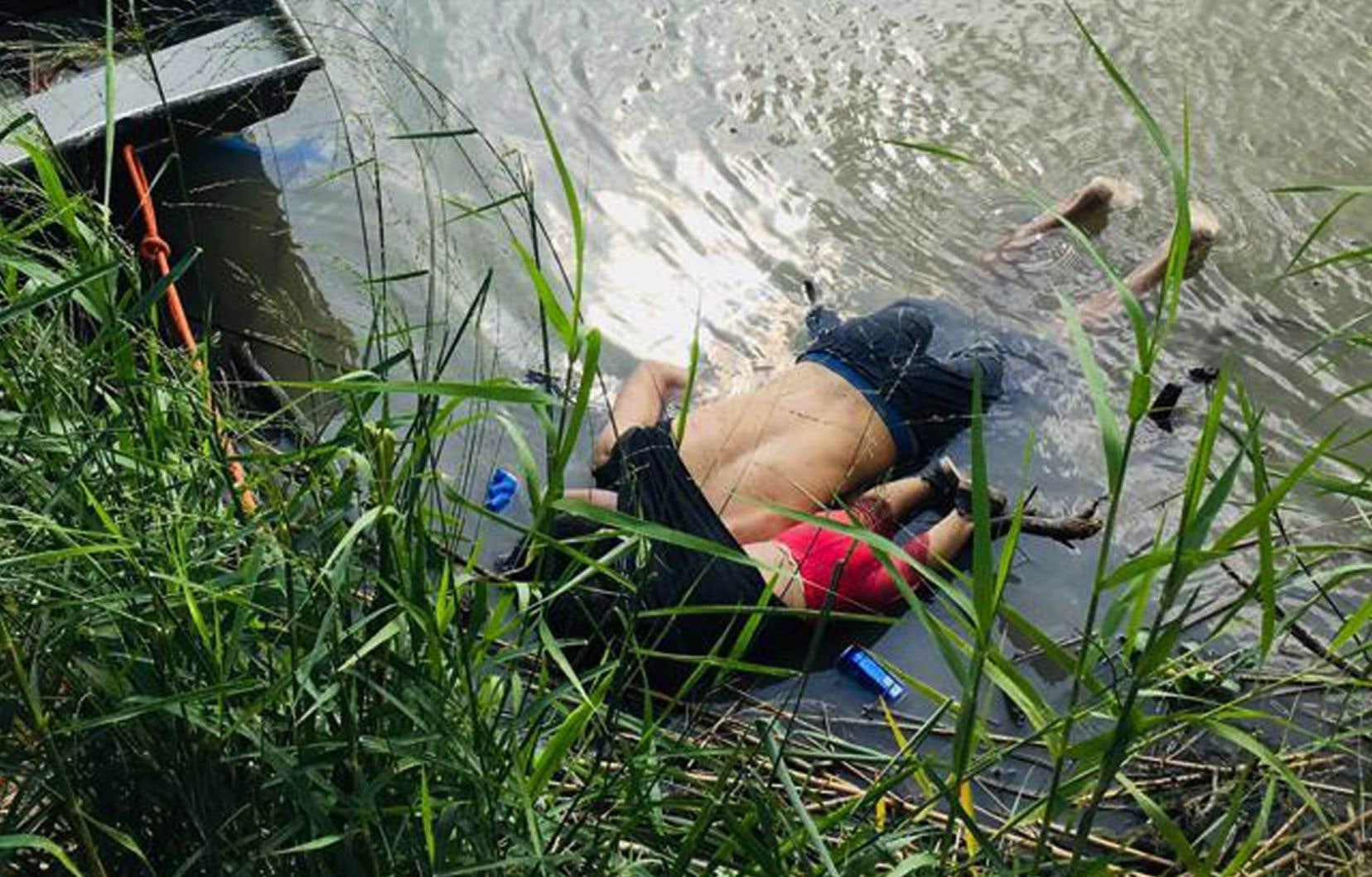 Le cliché a été pris avant l'intervention de la police par la photojournaliste Julia Le Duc qui, dans les pages du quotidien mexicain «La Jordana», l'a également mise en récit.