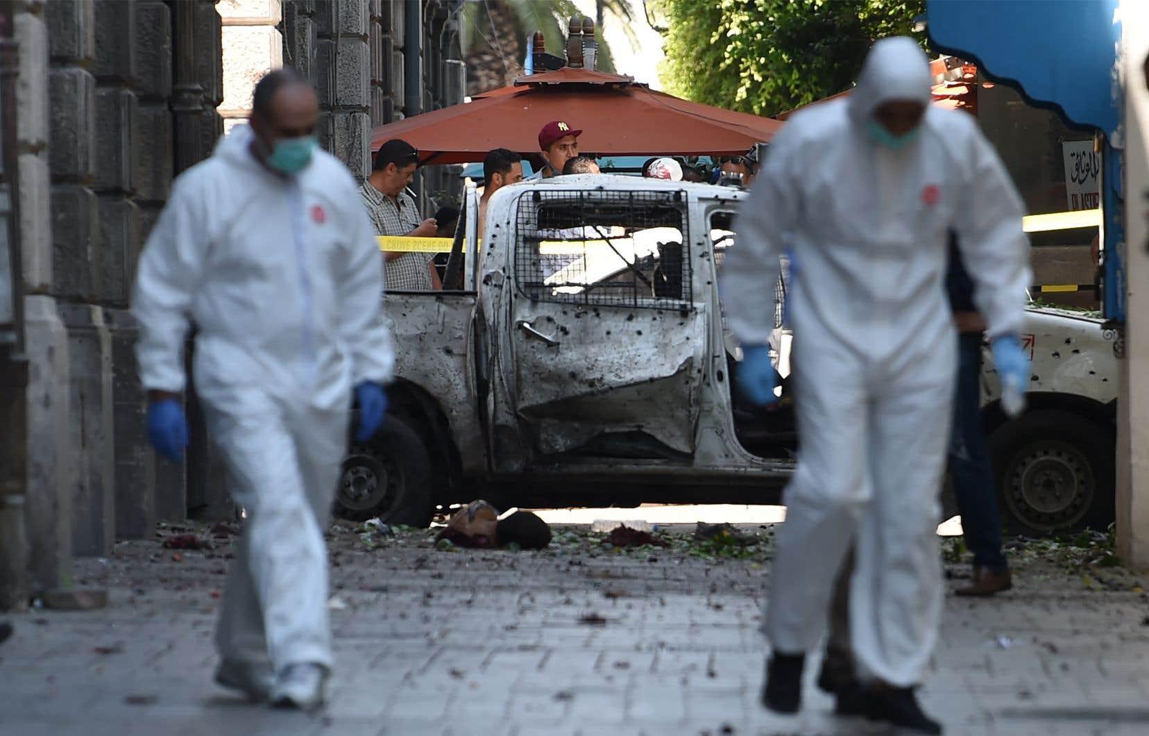Deux kamikazes ont attaqué la police et la Garde nationale de Tunis, jeudi.