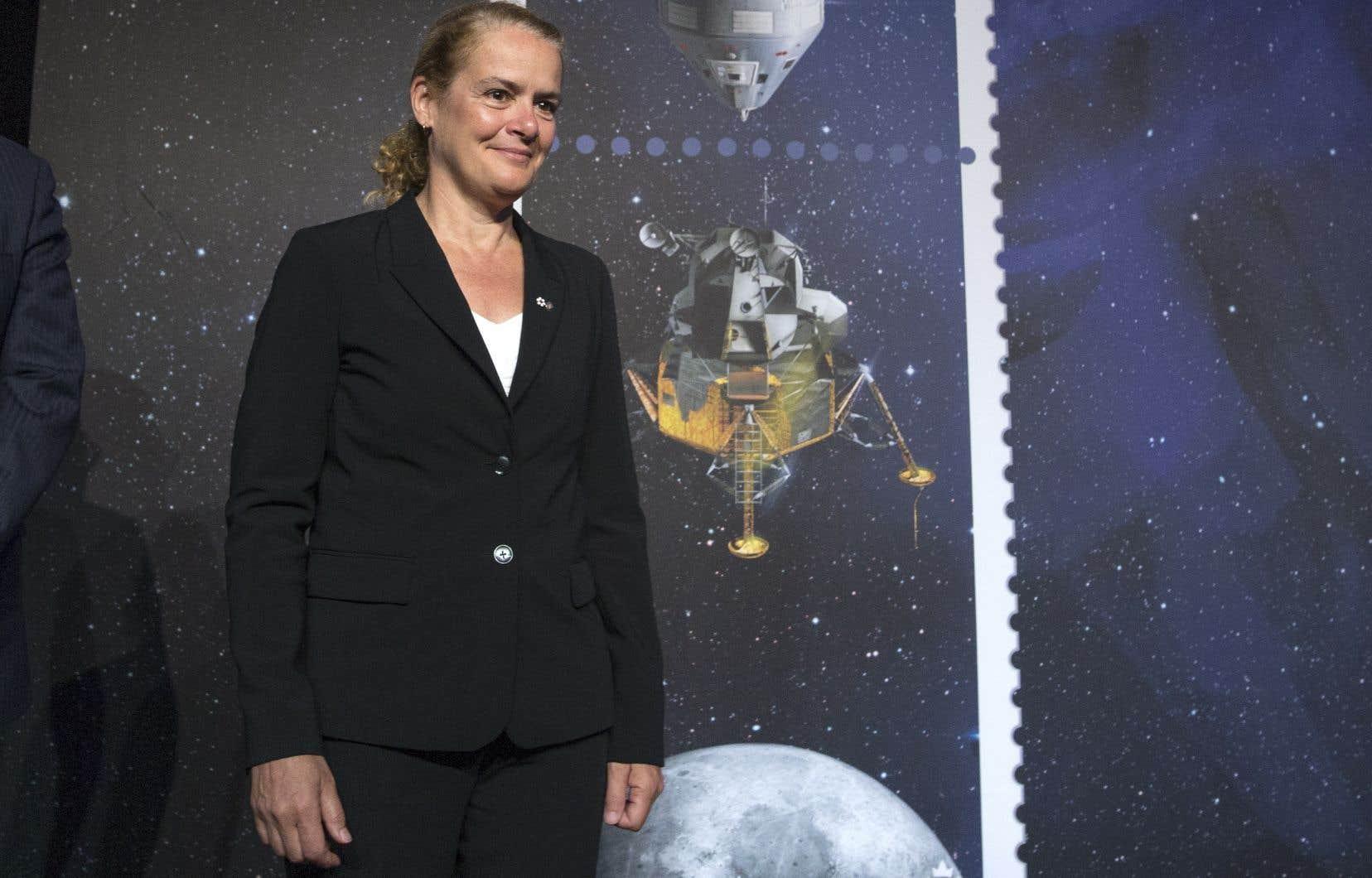 La gouverneure générale du Canada, Julie Payette, qui a été astronaute en chef de l'Agence spatiale canadienne entre 2000 et 2007, était présente lors du dévoilement des timbres.