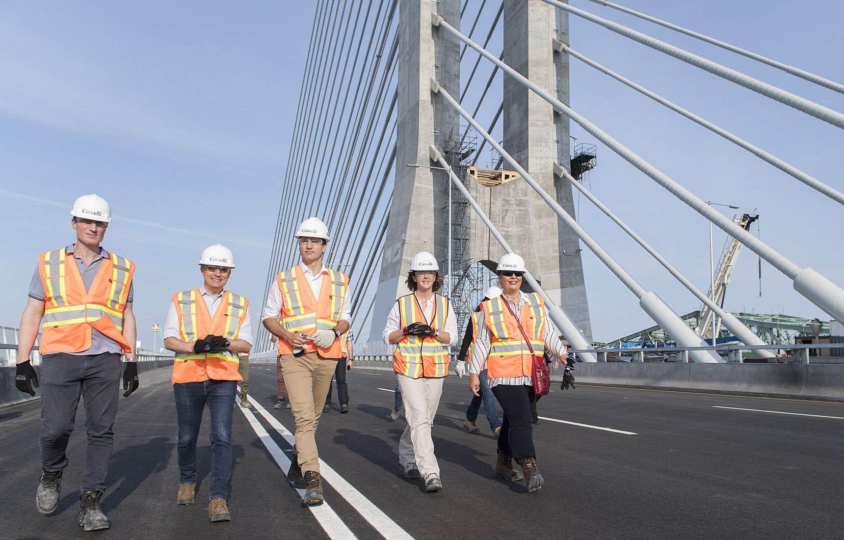 Le gratin politique est réuni au-dessus du fleuve Saint-Laurent, entre Montréal et Brossard, ce vendredi, pour l'inauguration officielle du nouveau pont Samuel-De Champlain.