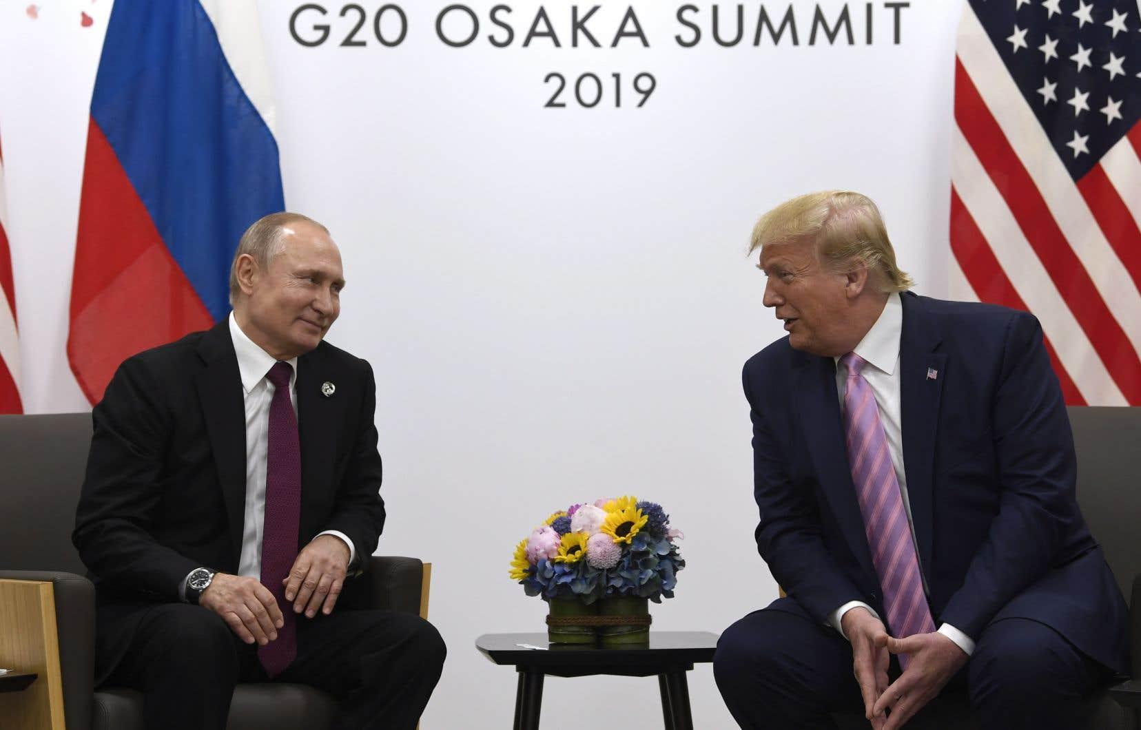 Le président Donald Trump, à droite, rencontre le président russe, Vladimir Poutine, à gauche, lors d'une réunion bilatérale en marge du sommet du G-20 à Osaka.