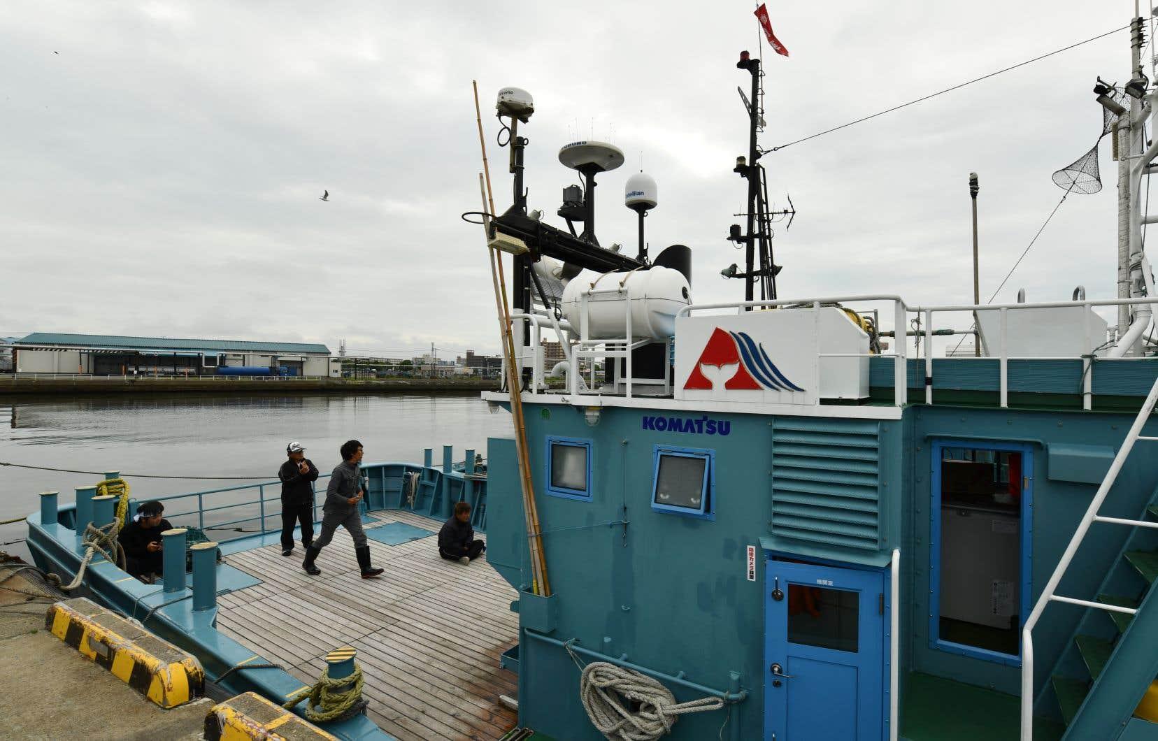 Le départ de ces cinq bateaux de l'île de Hokkaido, sous un ciel nuageux, acte la décision prise six mois auparavant par le gouvernement japonais de quitter la Commission baleinière internationale (CBI) et de s'affranchir ainsi d'un moratoire.