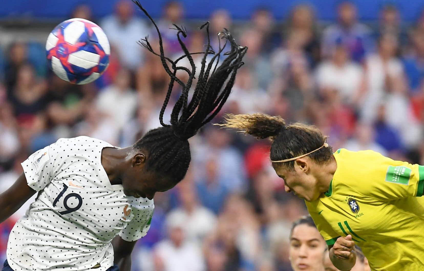 La Française Griedge Mbock (à gauche) et la Brésilienne Cristiane, pendant la Coupe du monde féminine de football 2019, auHavre. Il existe un réel décalage entre l'ultra-médiatisation des joueuses durant cet événement et leur professionnalisation.