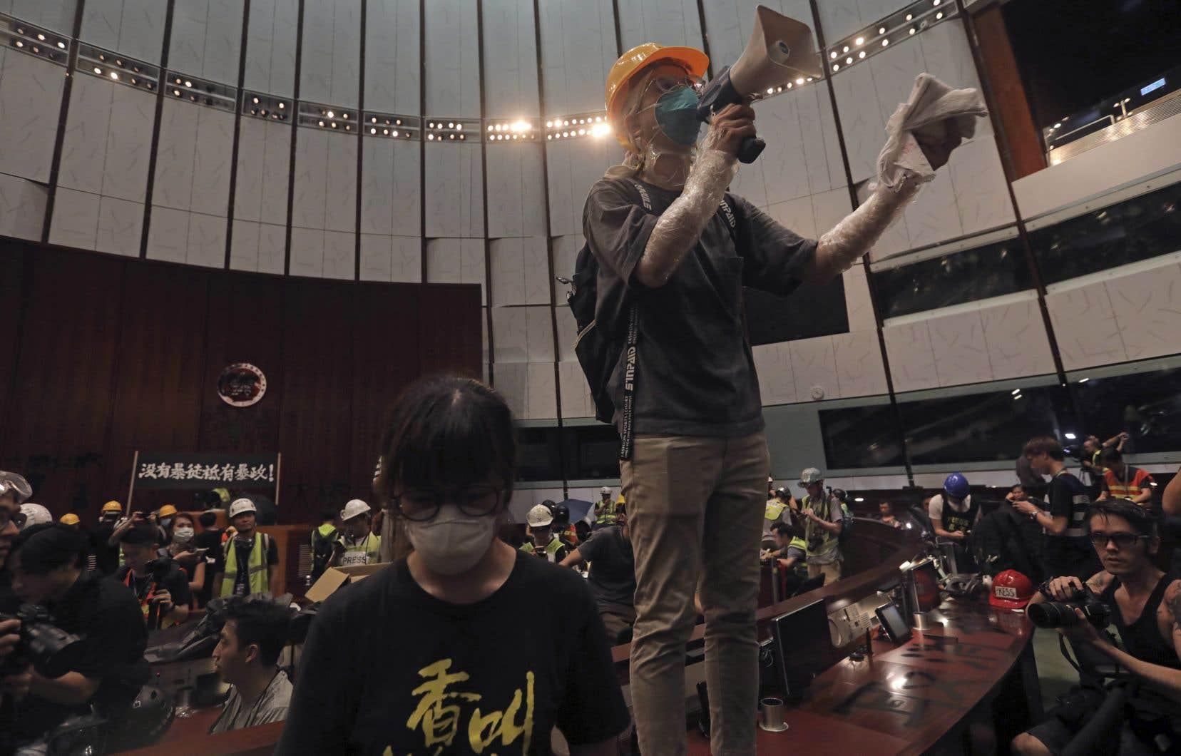 L'hémicycle du parlement hongkongais a été occupé et saccagé lundi durant plusieurs heures par des manifestants anti-Pékin — parfois casqués ou masqués —, qui ont forcé un barrage de police, au jour anniversaire de la rétrocession de l'île à la Chine, en 1997.