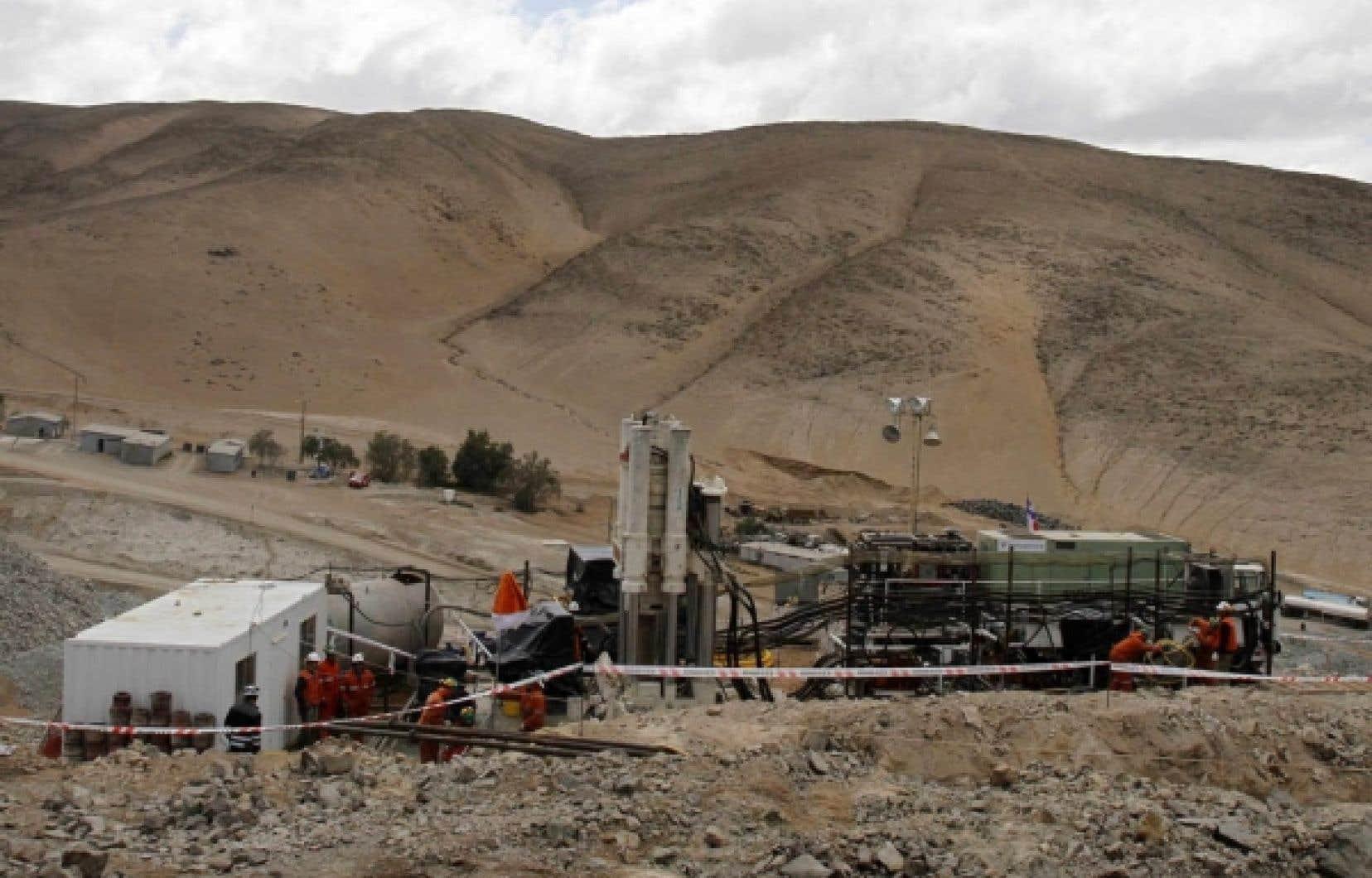 Pendant que l'on s'affaire à forer un tunnel pour sortir 33 mineurs de leur prison, les rescapés parlent des dangers dans lesquels ils travaillaient à Copiapo, au Chili.<br />