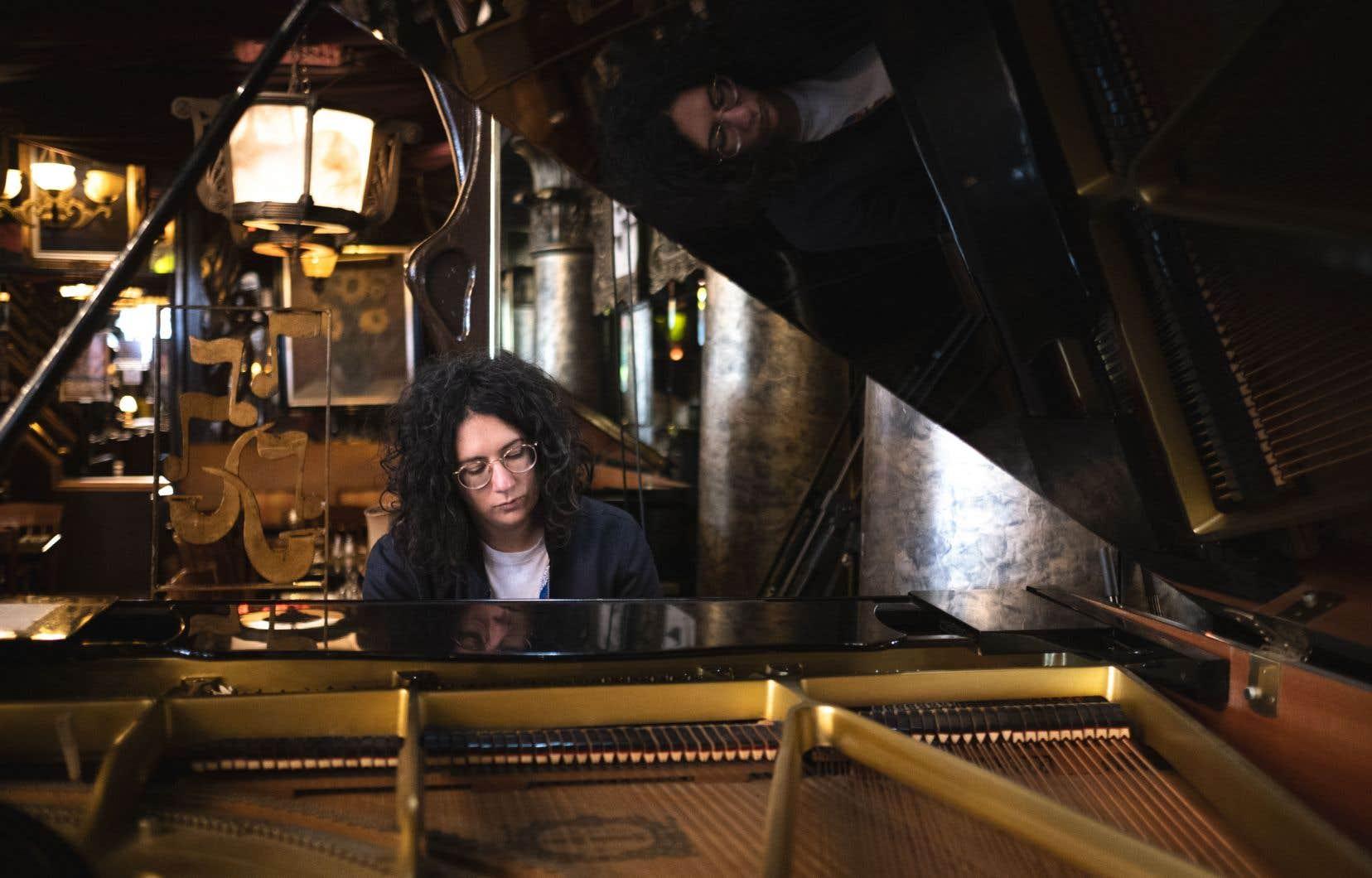 Alexandra Stréliski poursuit son ascension, ayant déjà vendu 40 000 copies de son plus récent disque, «Inscape».