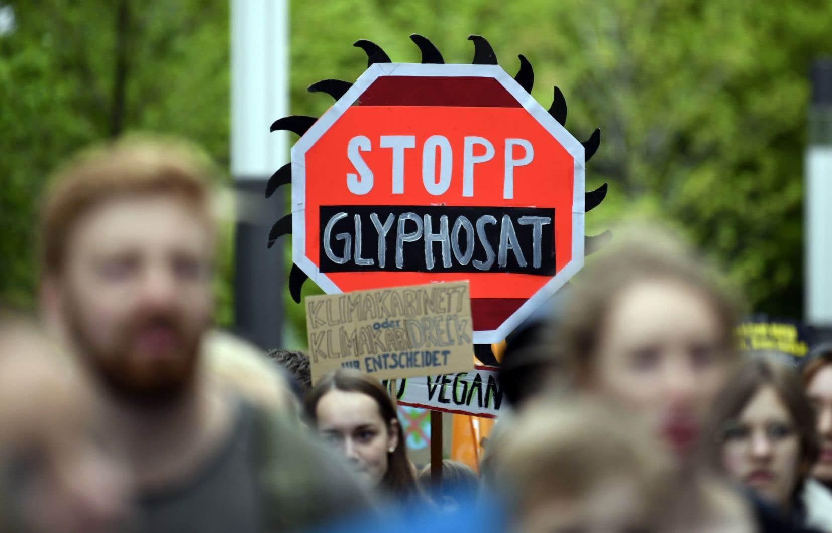 Un militant a profité de l'assemblée annuelle du géant chimique Bayer, à Bonn, en Allemagne, pour réclamer le bannissement du glyphosate.