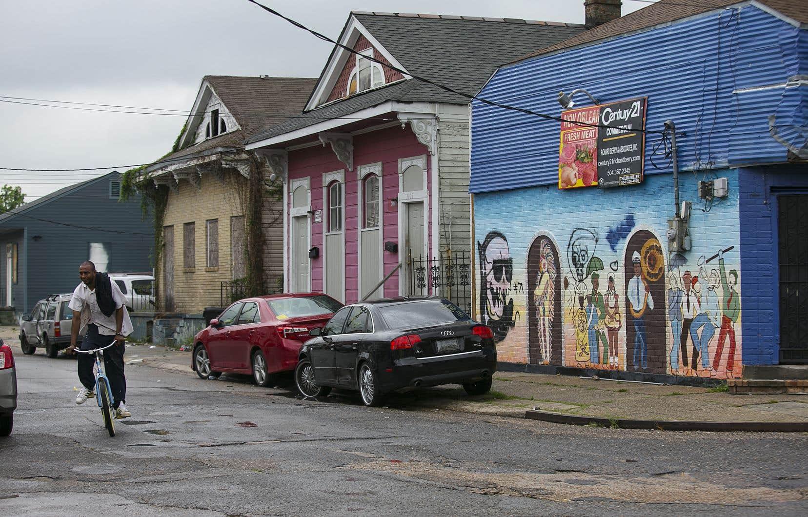 Des voitures luxueuses font leur apparition dans le quartier pauvre de Seventh Ward, au nord-est de La Nouvelle-Orléans.