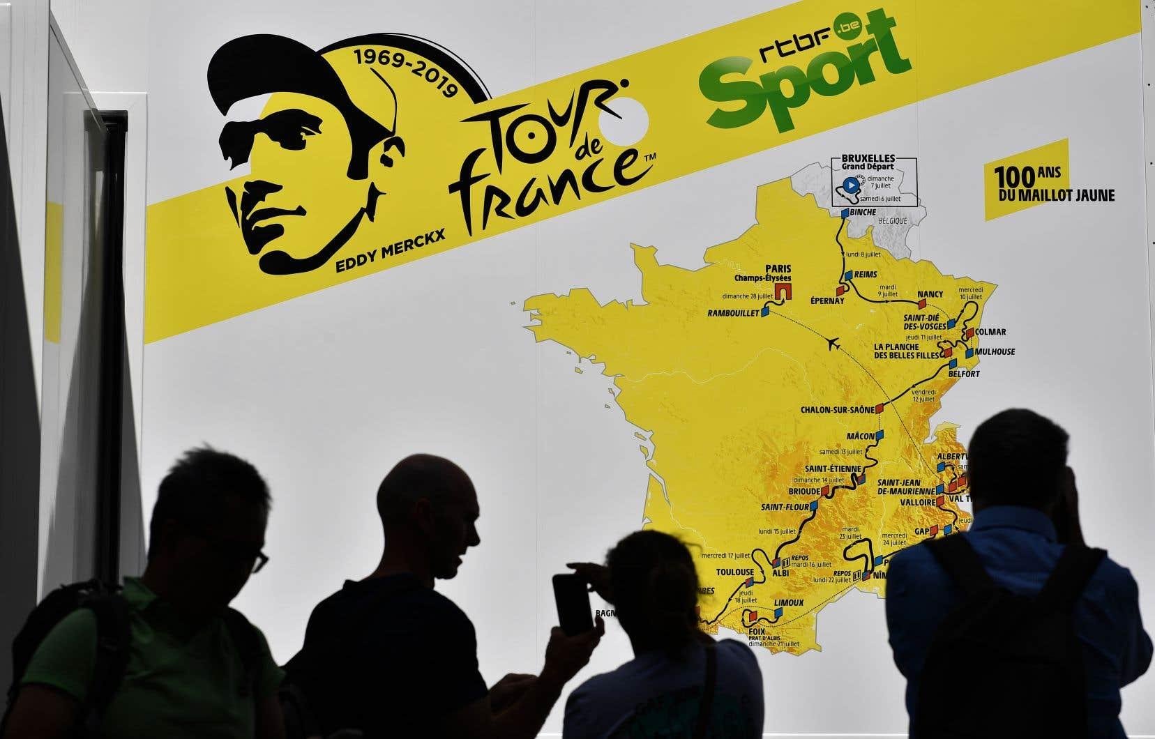 Dans les rues de Bruxelles, d'où part le Tour 2019 cinquante ans après la première victoire d'Eddy Merckx, le visage du quintuple vainqueur de la Grande Boucle est partout.