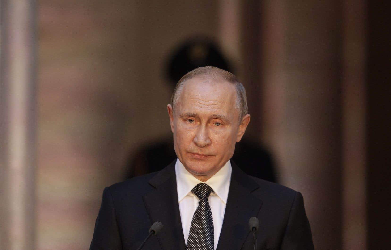 Le président russe, Vladimir Poutine, nage en plein paradoxe, selon l'auteur du texte.