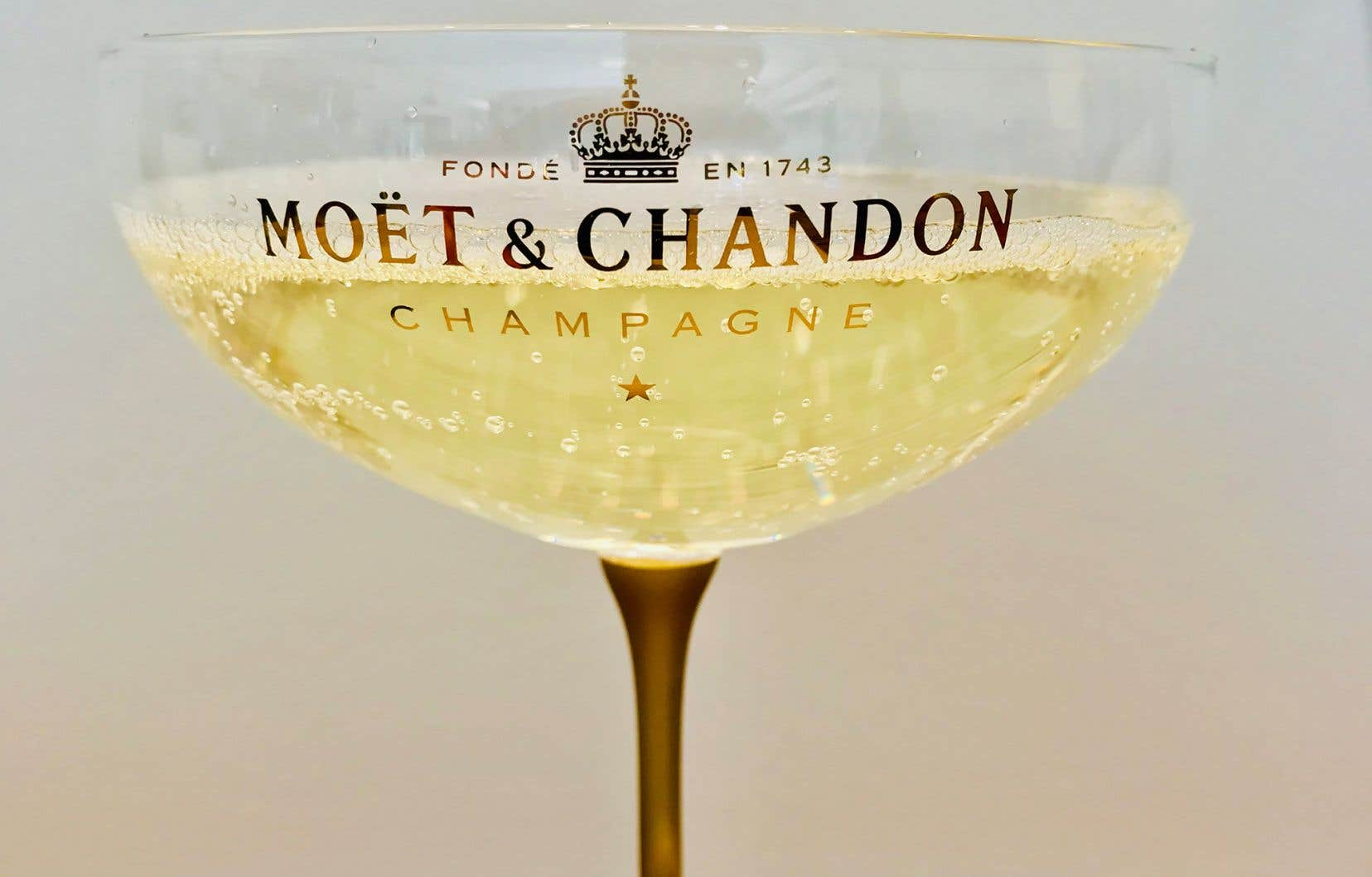 L'écrivain anglais Henry Vizetelly situe l'apparition de la coupe à champagne au début de l'ère victorienne en Angleterre et sous la Monarchie de Juillet en France, c'est-à-dire autour de 1840 pour l'un et l'autre pays.