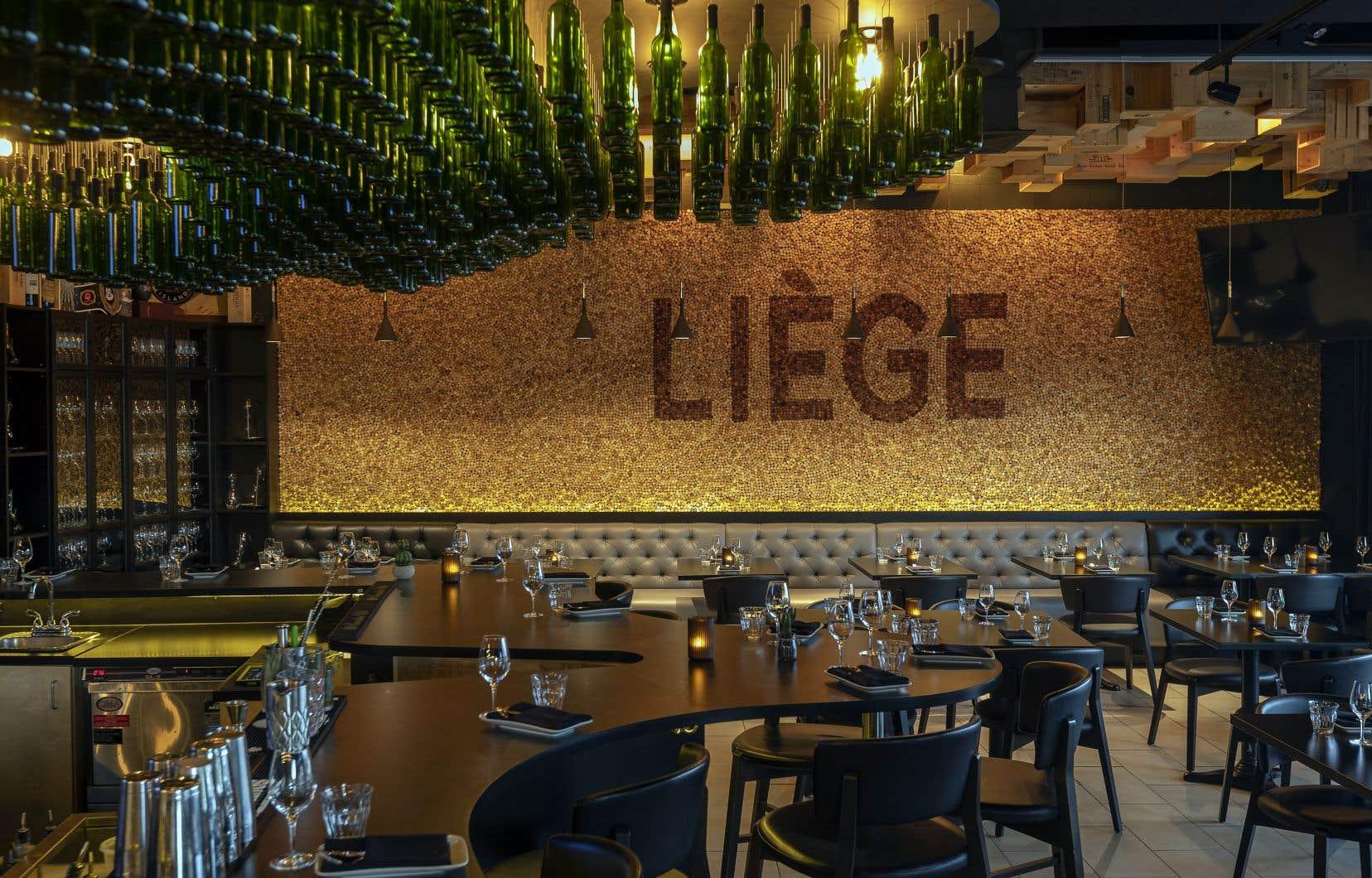 Les luminaires en bouteilles de verre qui surplombent le bar, ainsi que le mur entièrement couvert de bouchons de liège, rappellent plaisamment le nom du resto.