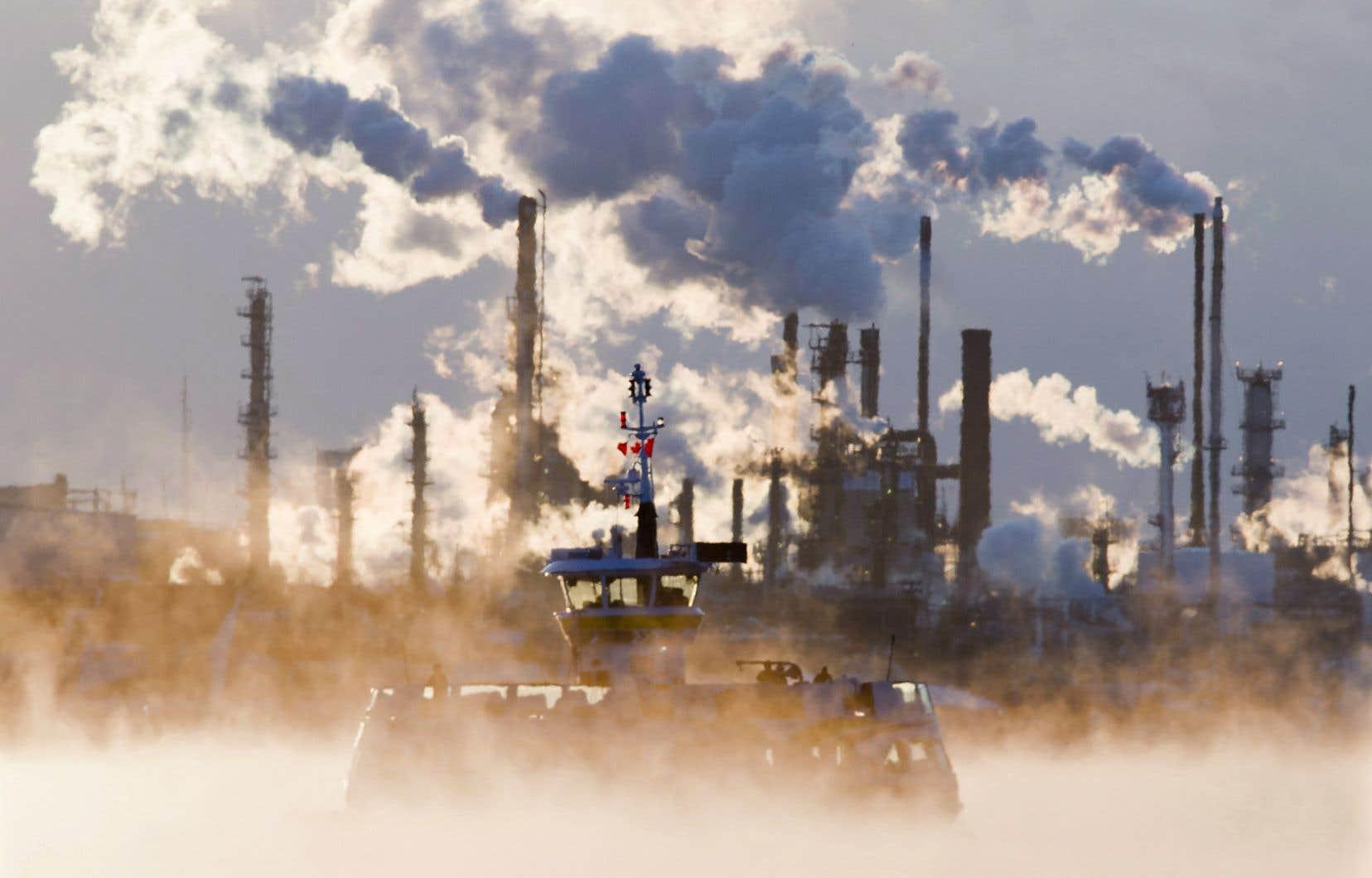 Les émanations d'une raffinerie d'Halifax se mêlent à un brouillard provoqué par un froid extrême en janvier 2013.