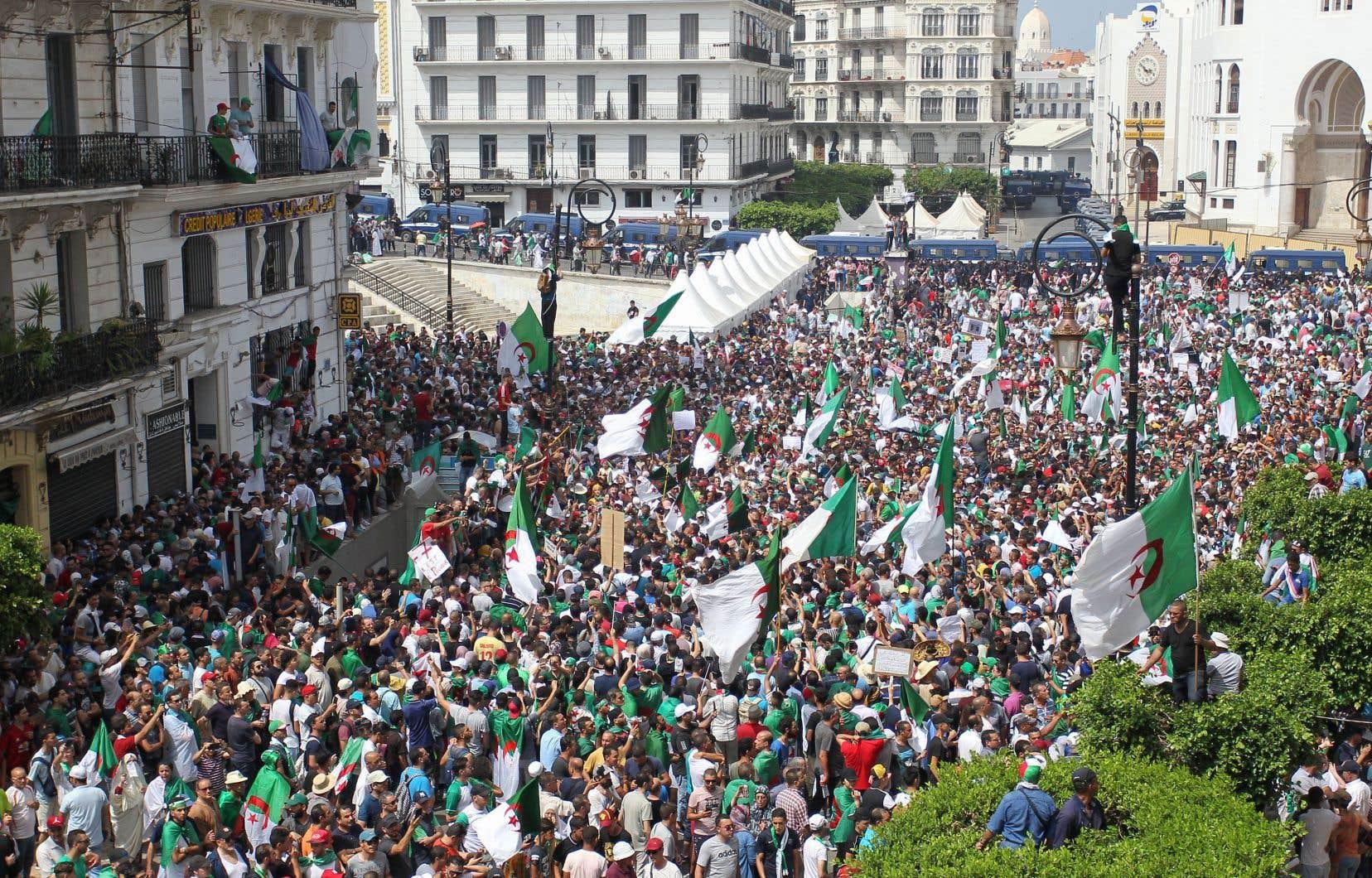 Des millions d'Algériens sont descendus dans les rues vendredi, jour du 57e anniversaire de l'indépendance.