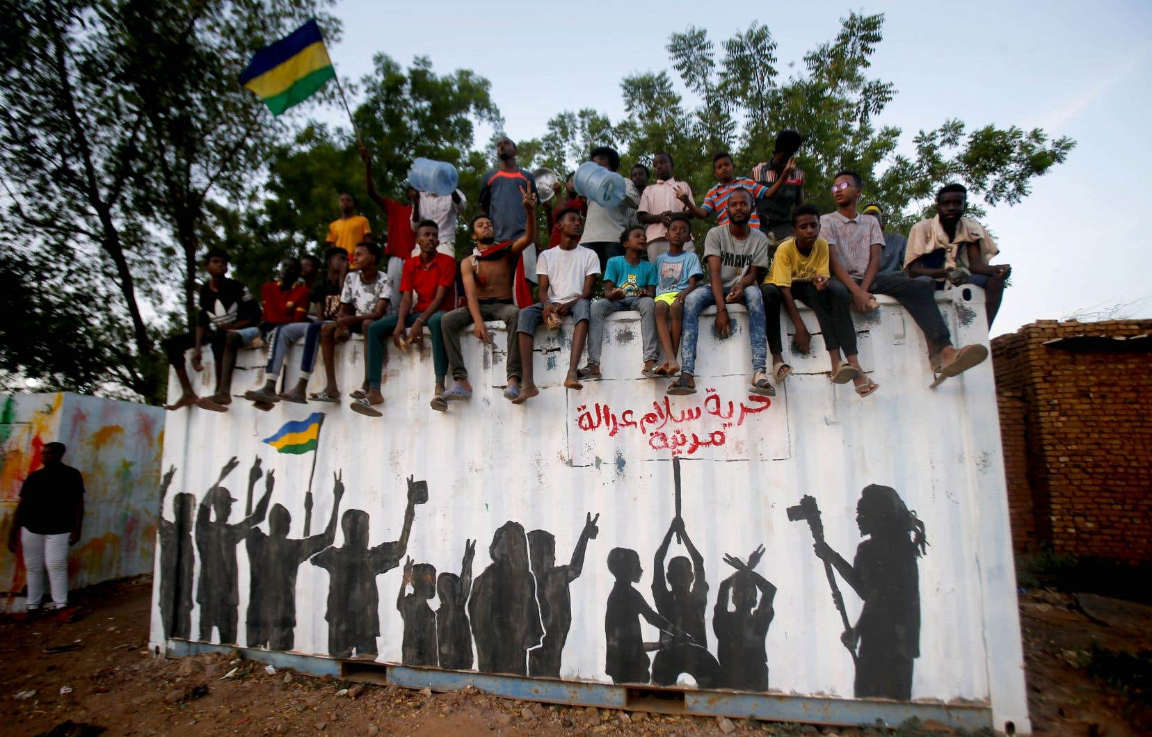 Les manifestants soudanais célèbrent dans les rues de Khartoum après que des généraux au pouvoir et des responsables de la protestation aient annoncé qu'ils étaient parvenus à un accord.