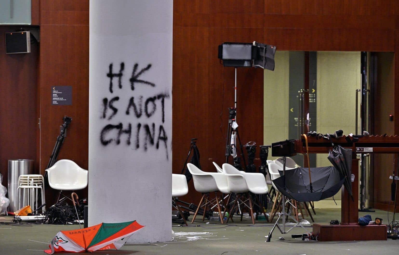 Les dégâts subis par le Conseil législatif à la suite d'une effraction de manifestants étaient visibles lors d'une visite des médias le 3juillet à Hong Kong. On peut lire sur le graffiti: «HK n'est pas la Chine».