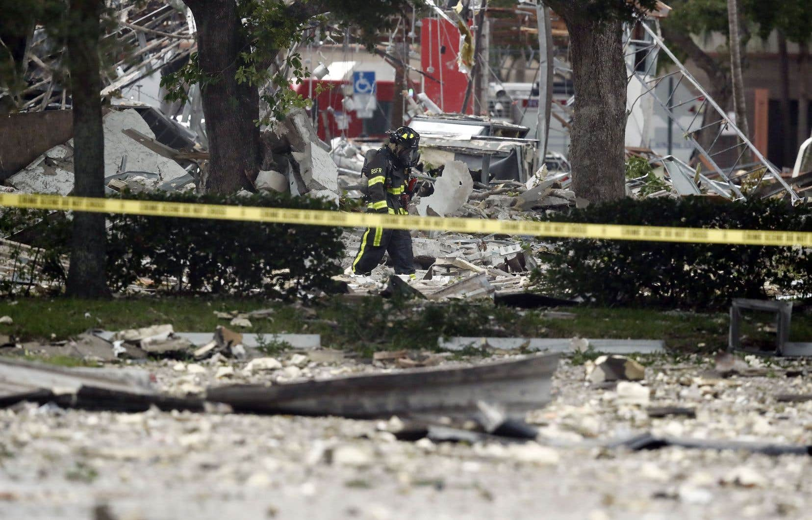 Les secours fouillaient toujours les lieux alors que la zone a été bouclée par la police.