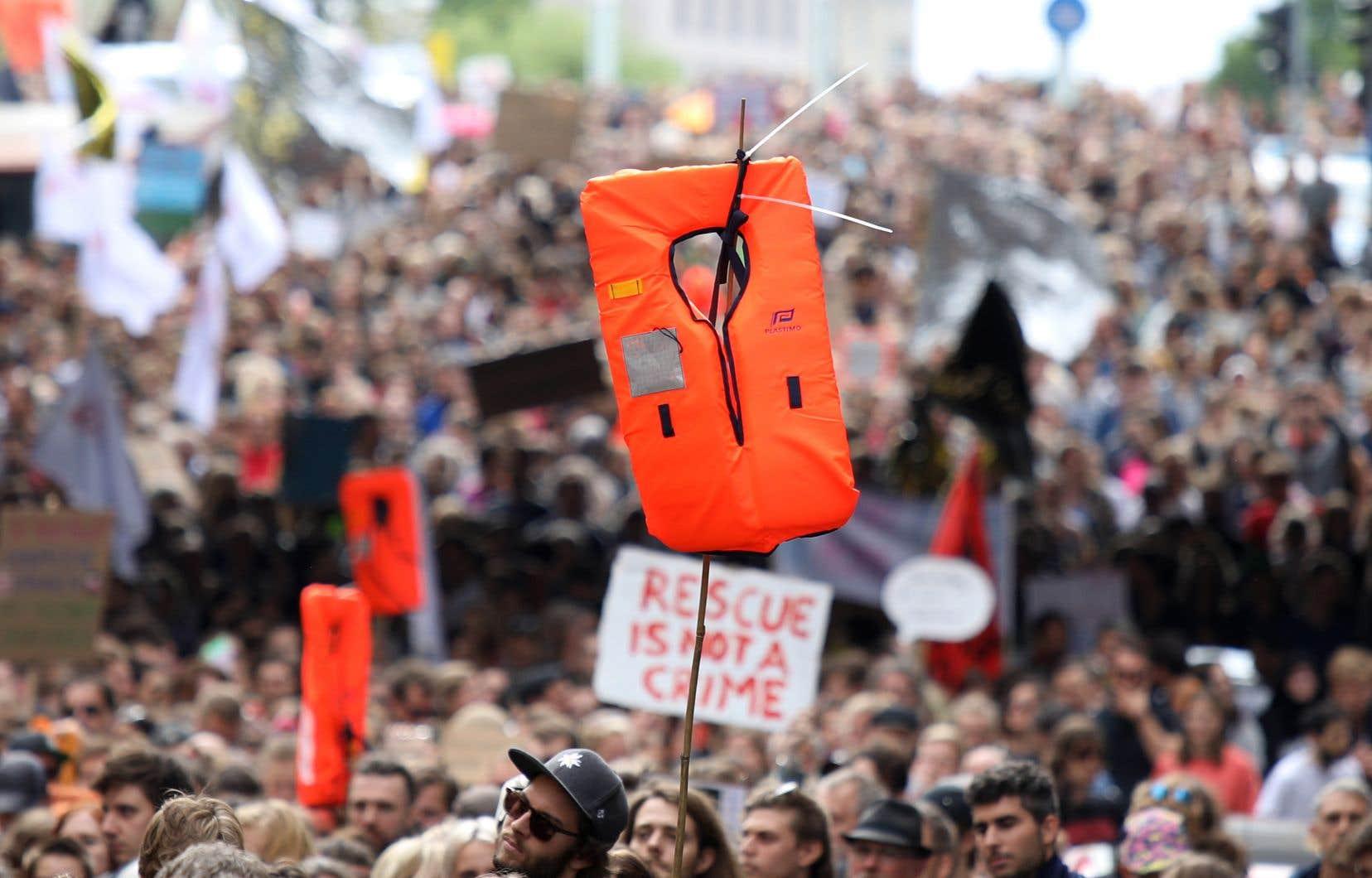 Brandissant des gilets de sauvetage, les manifestants à Berlin ont dénoncé la criminalisation du sauvetage en mer et s'en sont pris particulièrement au ministre italien de l'Intérieur (extrême droite) Matteo Salvini.