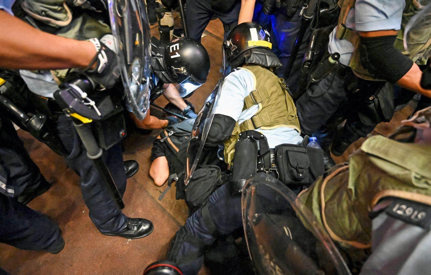 Alors que le rassemblement s'était déroulé sans incident, la police antiémeute a chargé en fin de soirée des protestataires.