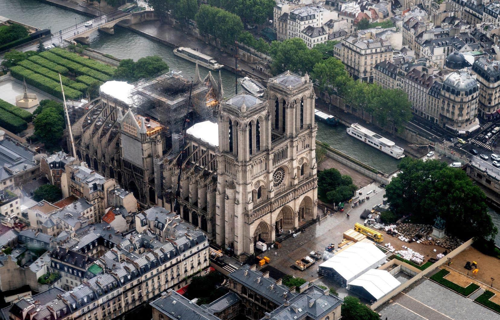 Des taux de plomb 400 à 700 fois supérieurs à la limite autorisée ont été détectés à l'intérieur et aux alentours de la cathédrale Notre-Dame de Paris à la suite de l'incendie de la toiture le 15avril.