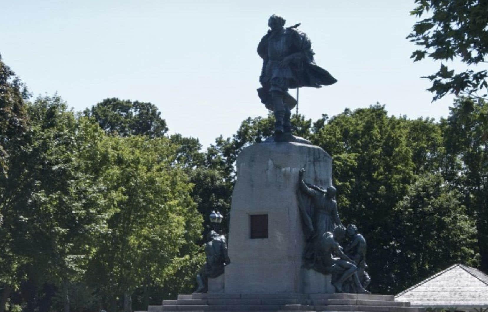La statue de Samuel de Champlain visait à souligner l'arrivée sur le territoire ontarien des colons européens et à réconcilier les différends entre le Canada français et le Canada anglais.