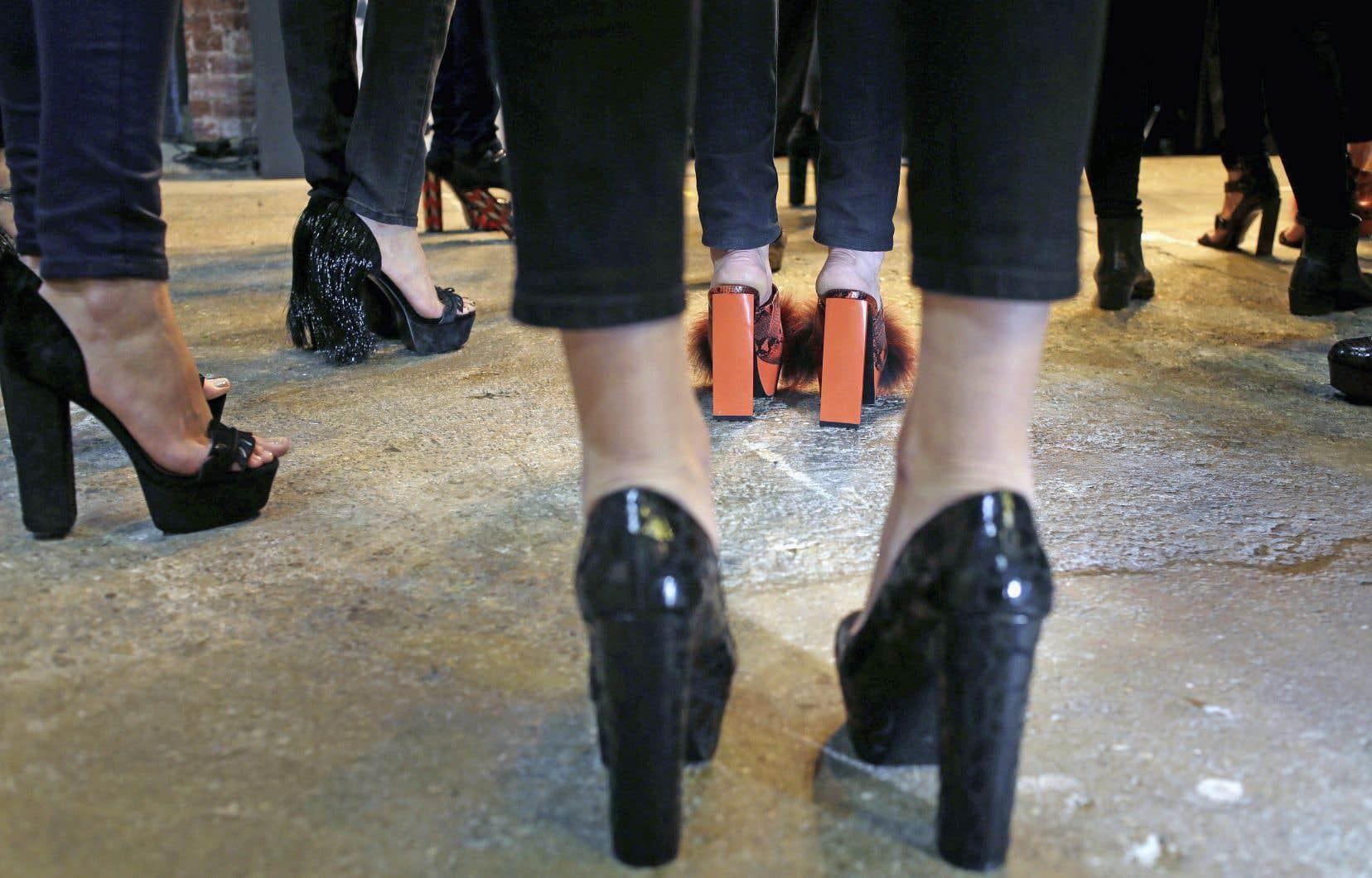 Au boulot ou dans la rue, dans toutes les circonstances, petites ou grandes, les talons élevés semblent avoir de moins en moins la cote. Selon un sondage américain, les souliers à talons ont accusé un recul des ventes de 12% en 2017.