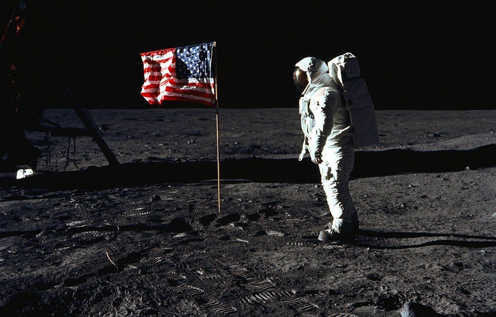 Plusieurs personnes jugent suspecte la photo où l'on aperçoit le drapeau planté par Neil Armstrong qui paraît onduler alors qu'il n'y a quasiment pas d'atmosphère sur la Lune.