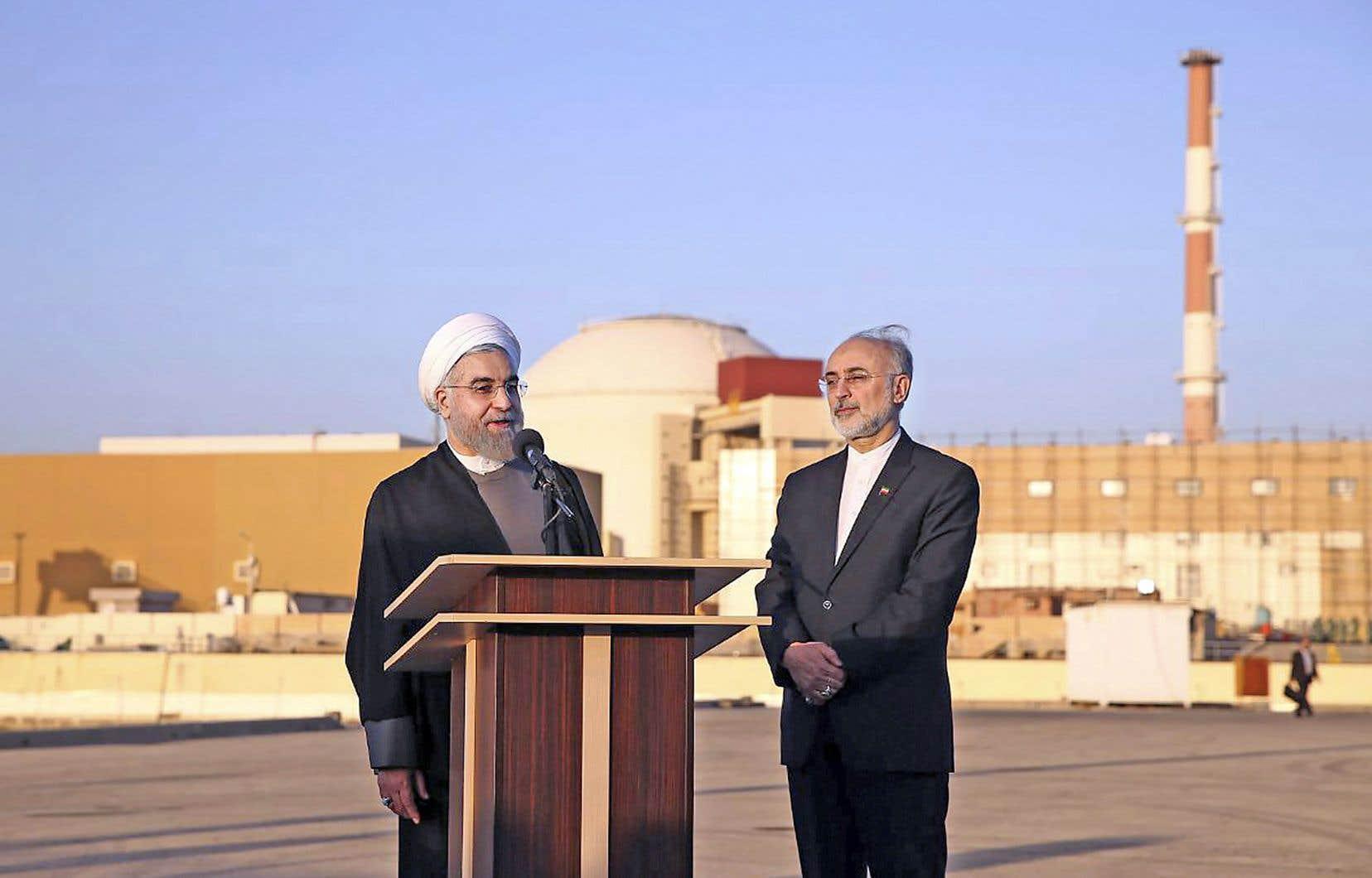 Le président iranien, Hassan Rouhani (à gauche), et Ali Akbar Salehi, directeur de l'Organisation de l'énergie atomique d'Iran, visitaient la seule centrale nucléaire du pays en 2015. L'Iran dit avoir besoin d'enrichir l'uranium à 5% afin d'alimenter sa centrale électrique.