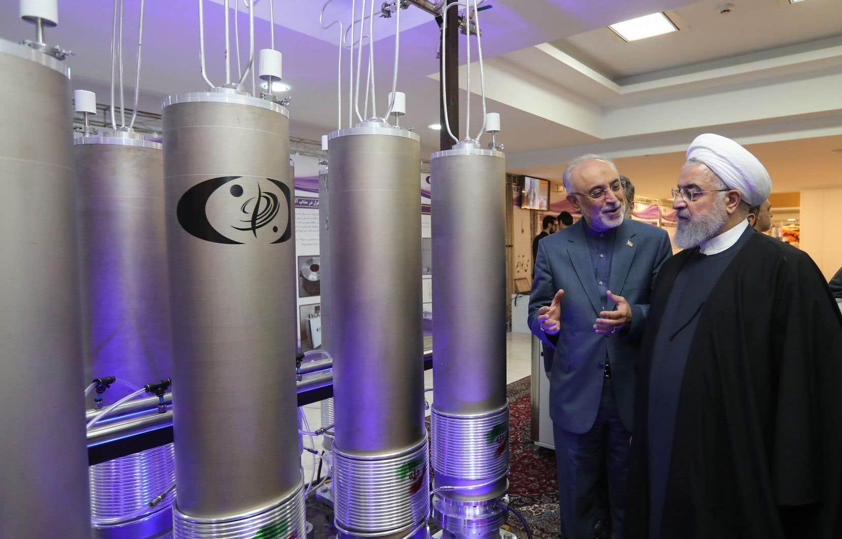 Le président iranien Hassan Rohani (à droite) écoute le chef de l'organisation de l'énergie atomique iranienne, Ali Akbar Salehi, parler de technologie nucléaire.