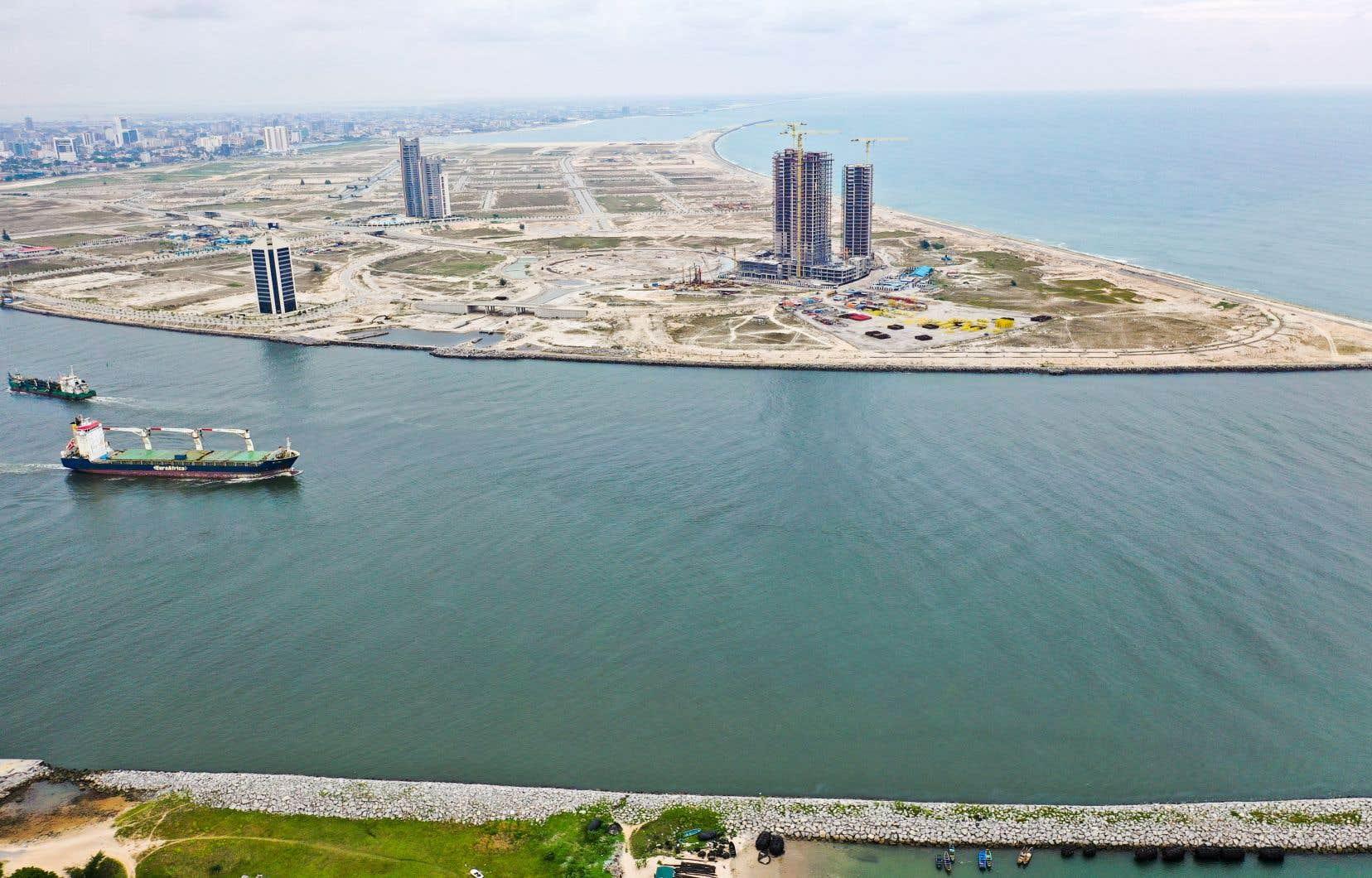 <p>Entre le mur et la côte, sur plus de 6,5 kilomètres carrés, les développeurs ont réensablé l'océan avec plus de 100millions de tonnes de sable draguées des fonds de la mer pour fonder Eko Atlantic, quartier «afro-futuriste» d'où s'élèveront, ils le promettent, les plus hauts gratte-ciel du continent.</p>