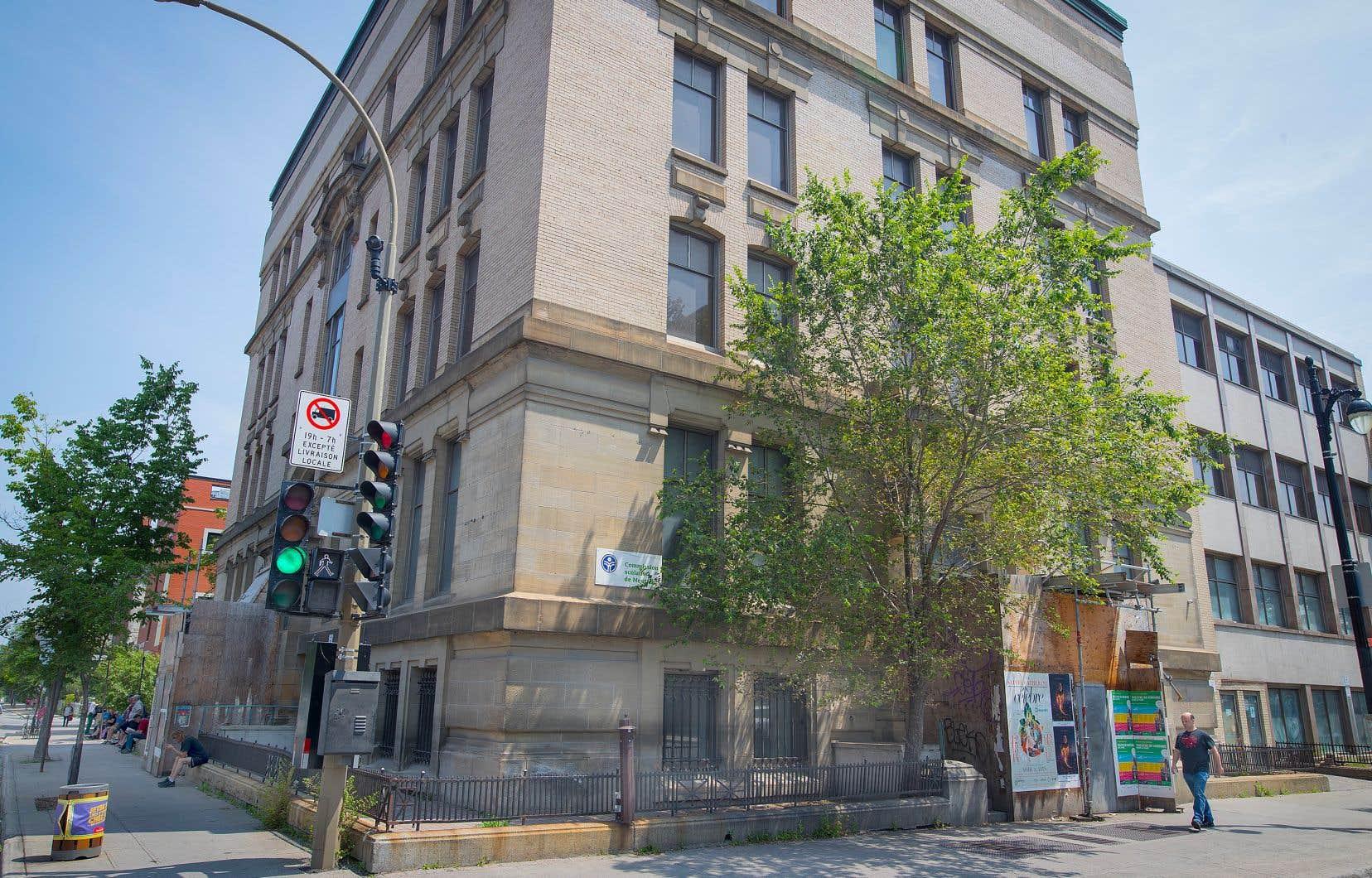L'immeuble bâti au coin de la rue Berri et du boulevard René-Lévesque Est a abrité l'École du meuble de Montréal, fondée en 1935.