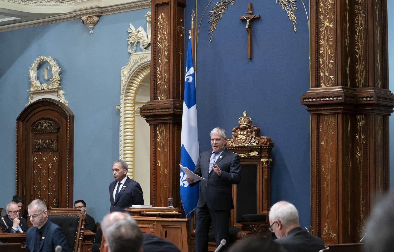 L'Assemblée désirait que la cérémonie demeure privée, afin de «faire ça simple»; mais aussi pour préserver l'anonymat de l'employé chargé du décrochage du crucifix.