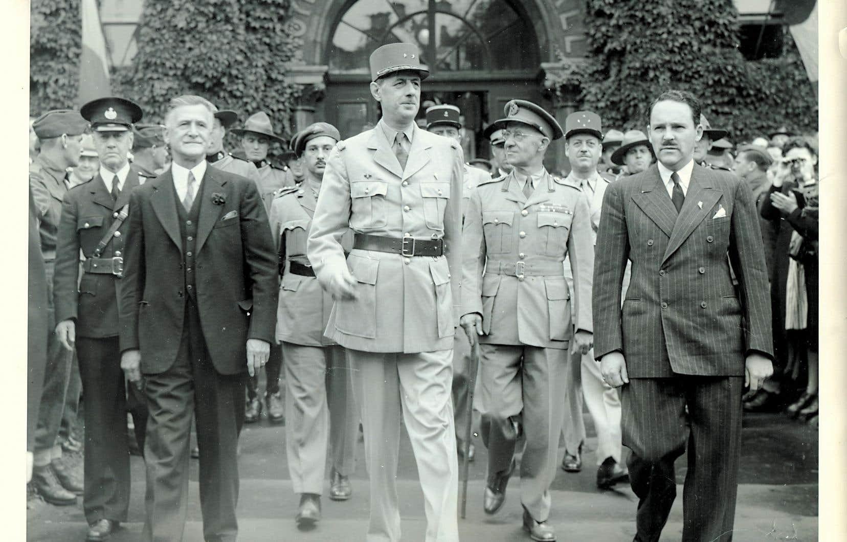 Le général Charles de Gaulle aux côtés du maire de Québec Lucien Borne, à gauche, lors de son passage dans la Vieille Capitale, le 12 juillet 1944