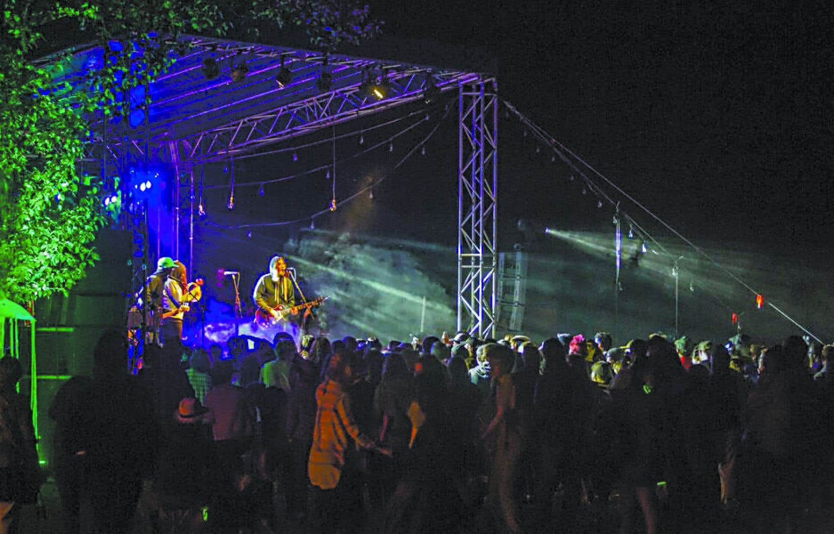 Le groupe Black Mountain sur l'une des trois scènes de River Sky en 2015.