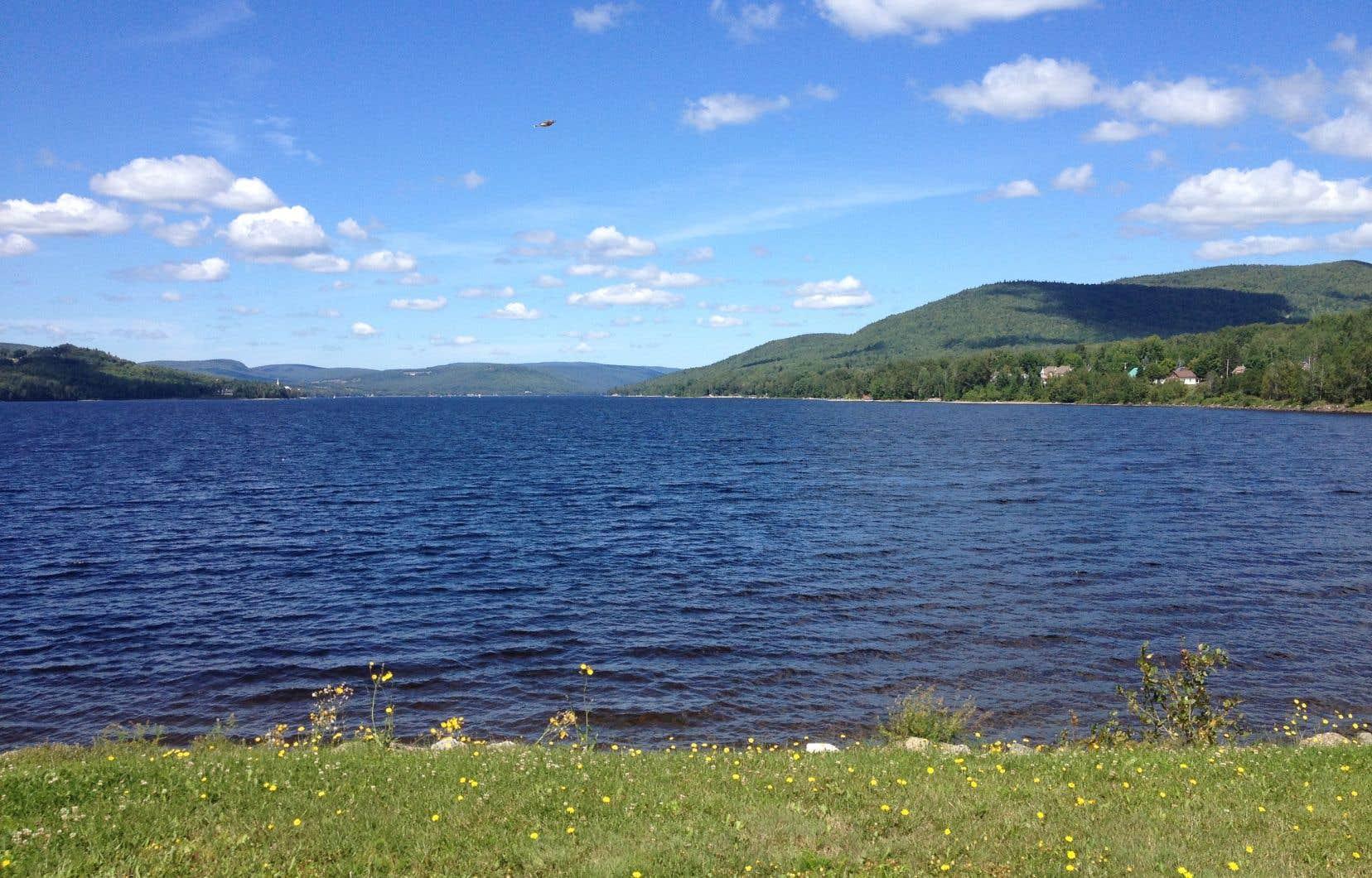 Le lac Pohénégamook, vu de la pointe est, à proximité de la frontière américaine dans le Bas-Saint-Laurent.